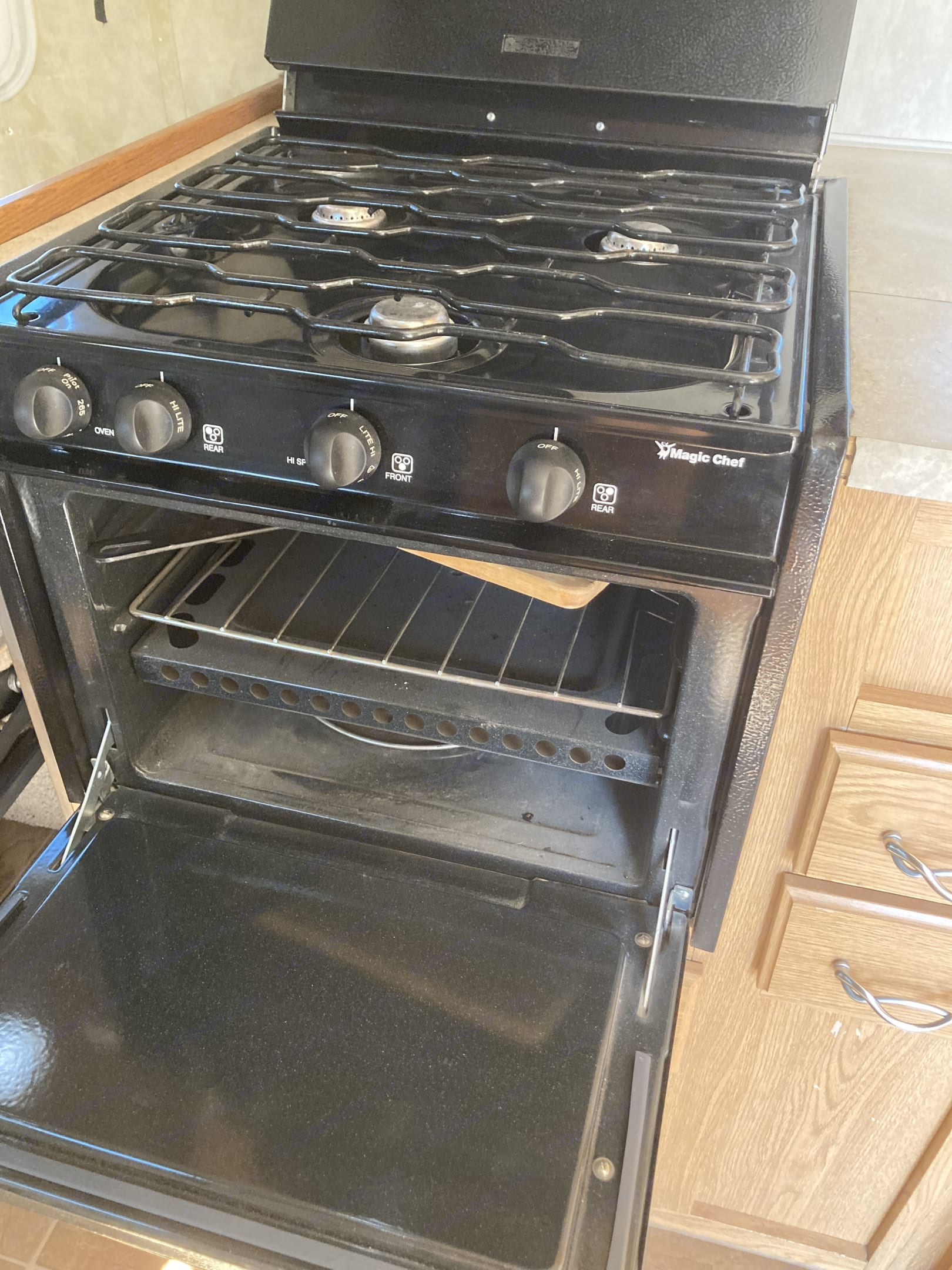 3-burner gas stove and oven.. Fleetwood Nitrous 2007
