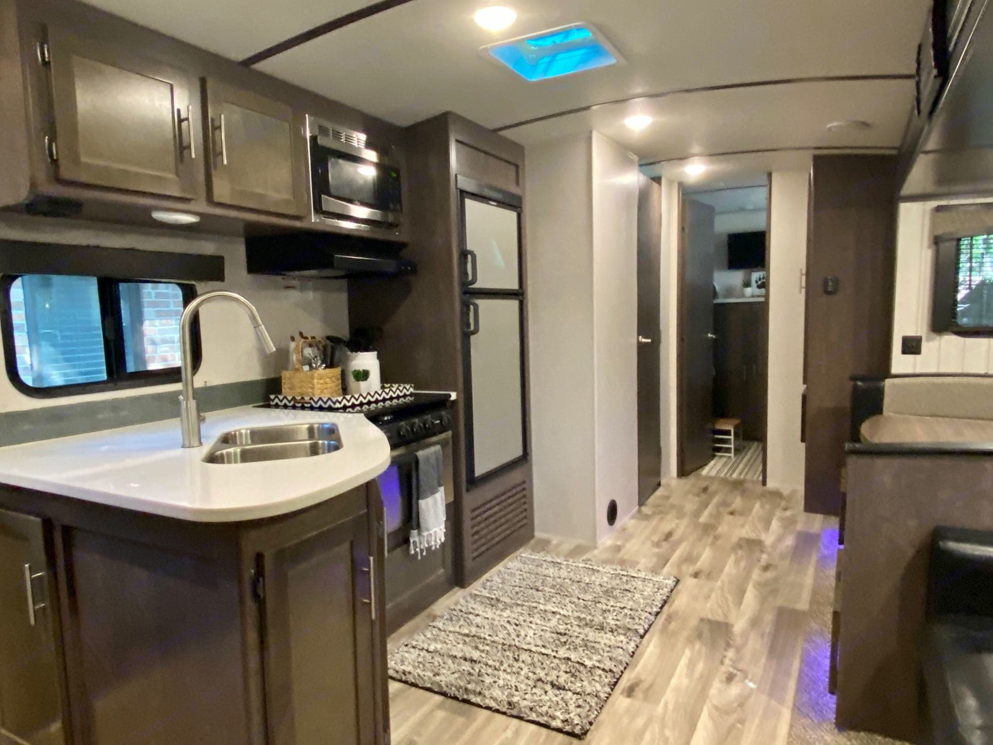 Living Area. Crossroads Sunset Trail Super Lite 2018