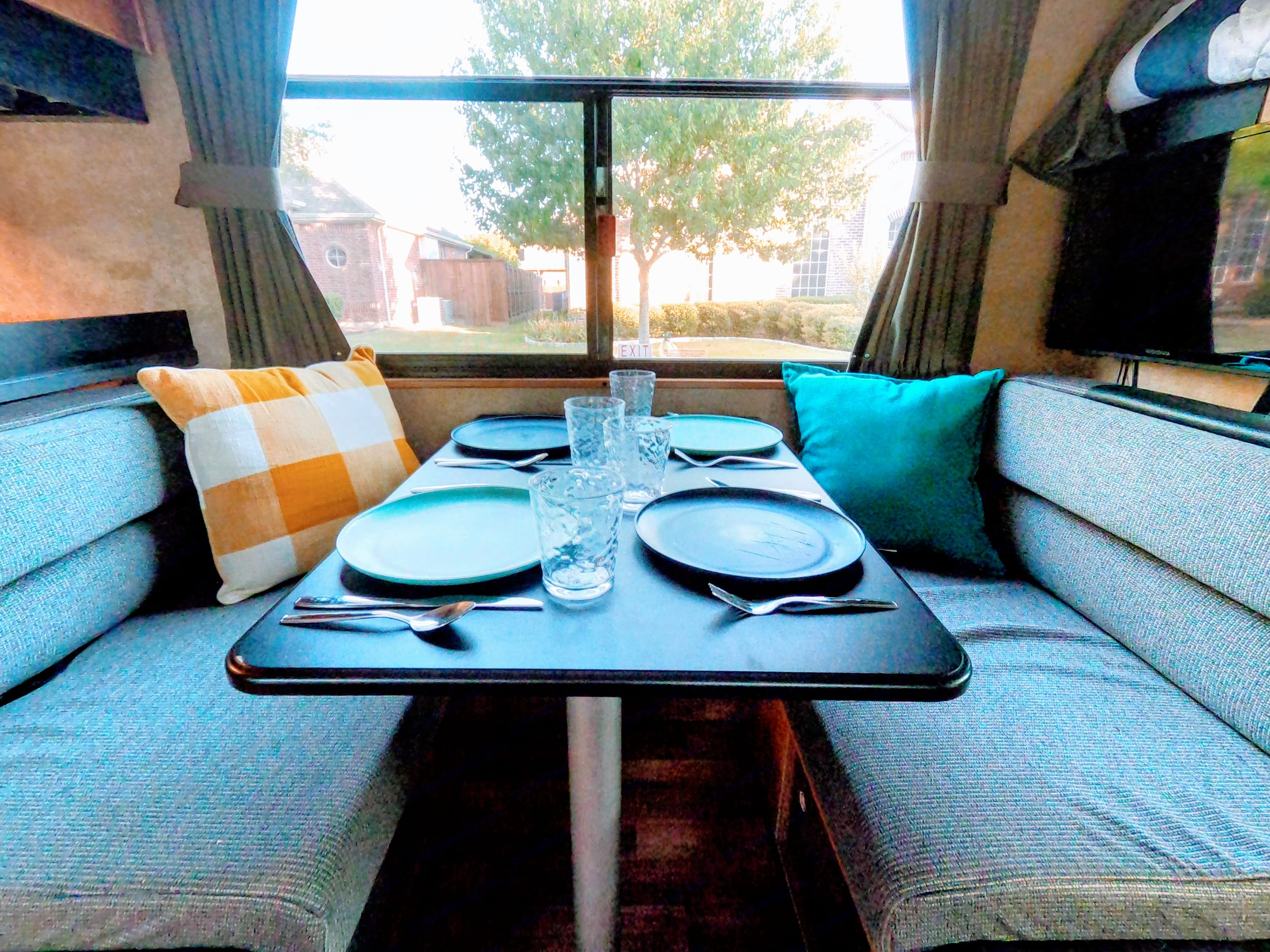 Dinette with room for 4.. Thor Motor Coach Four Winds Majestic 2016