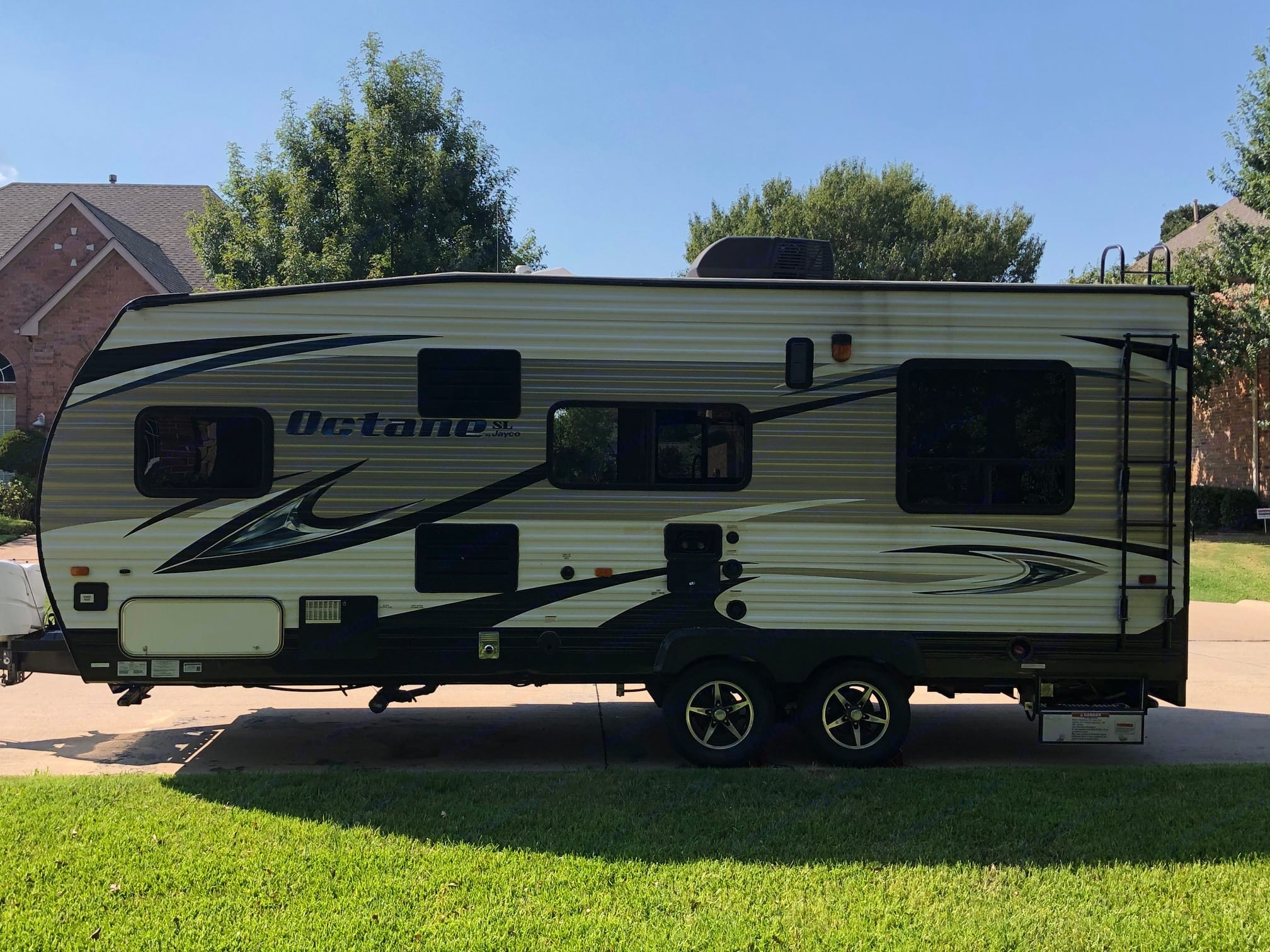 Power hitch, ladder to roof, AC, storage underneath, outside shower.. Jayco Octane 2016