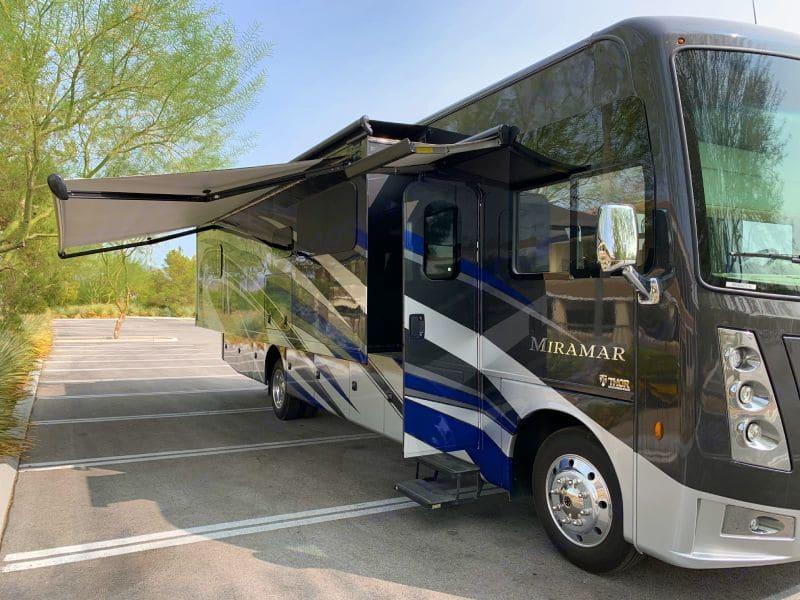 Large awning. Thor Motor Coach Miramar 35.2 2020