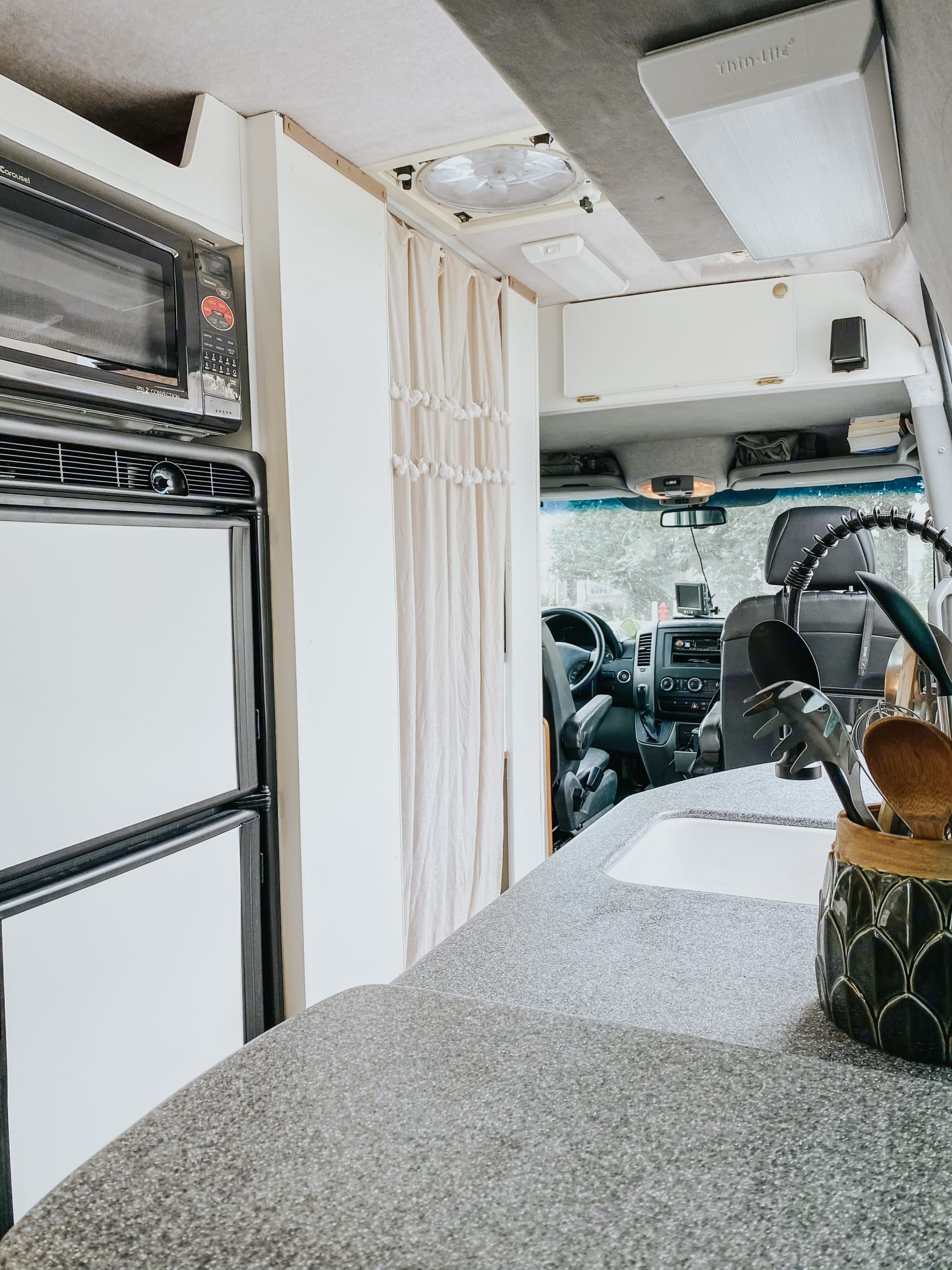 The cab has a touchscreen media player with CarPlay, bluetooth, or USB connection. Also a separate backup camera help with maneuverability.. Mercedes-Benz Sprinter 2007