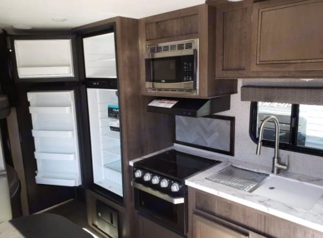 Large fridge and freezer, microwave, 3 burner stove and oven.  Double wink with hot/cold water. . Jayco Jay Flight 2020
