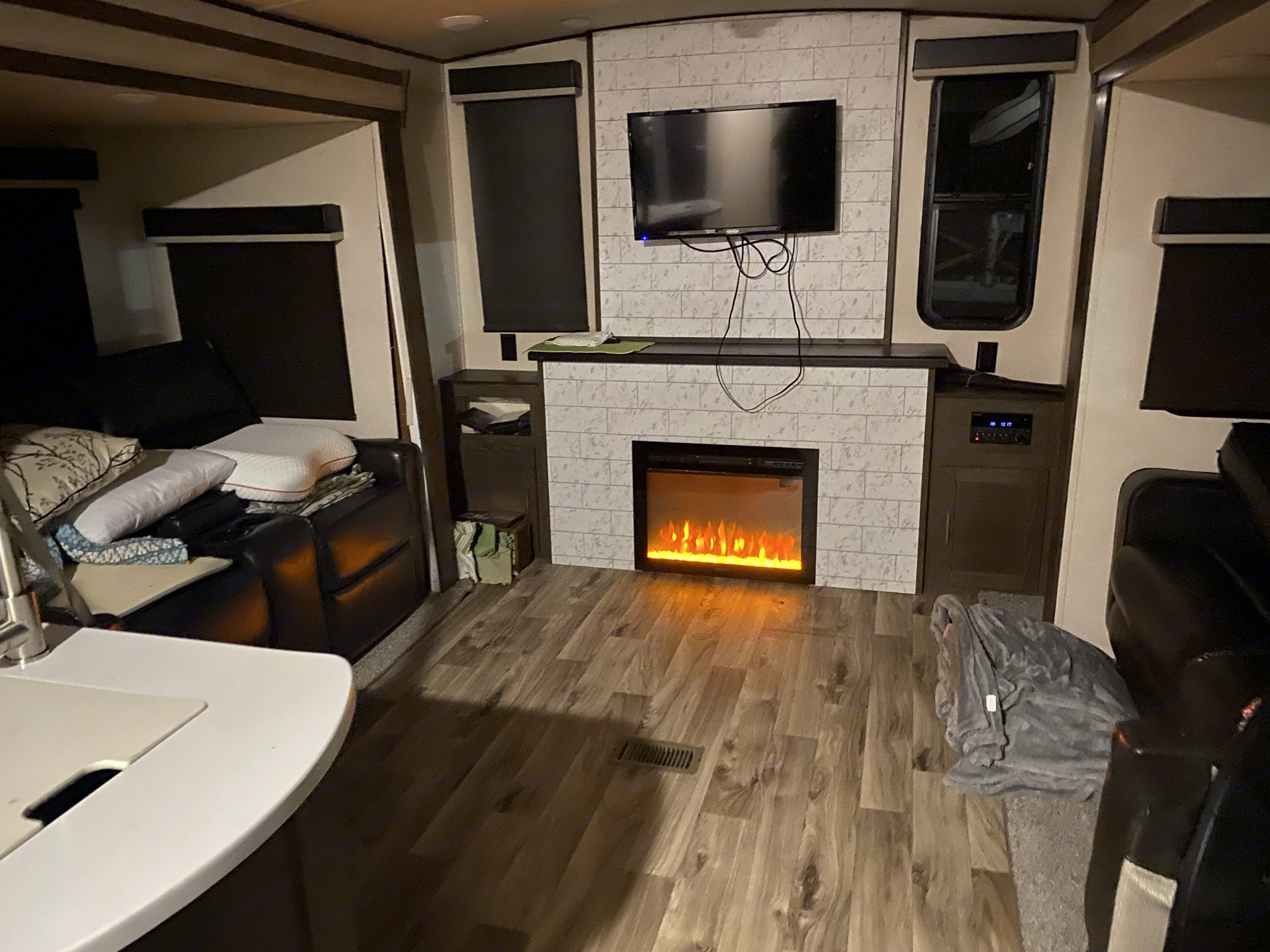 Comes with a fireplace and it also heats.. Forest River Heritage Glen 2018