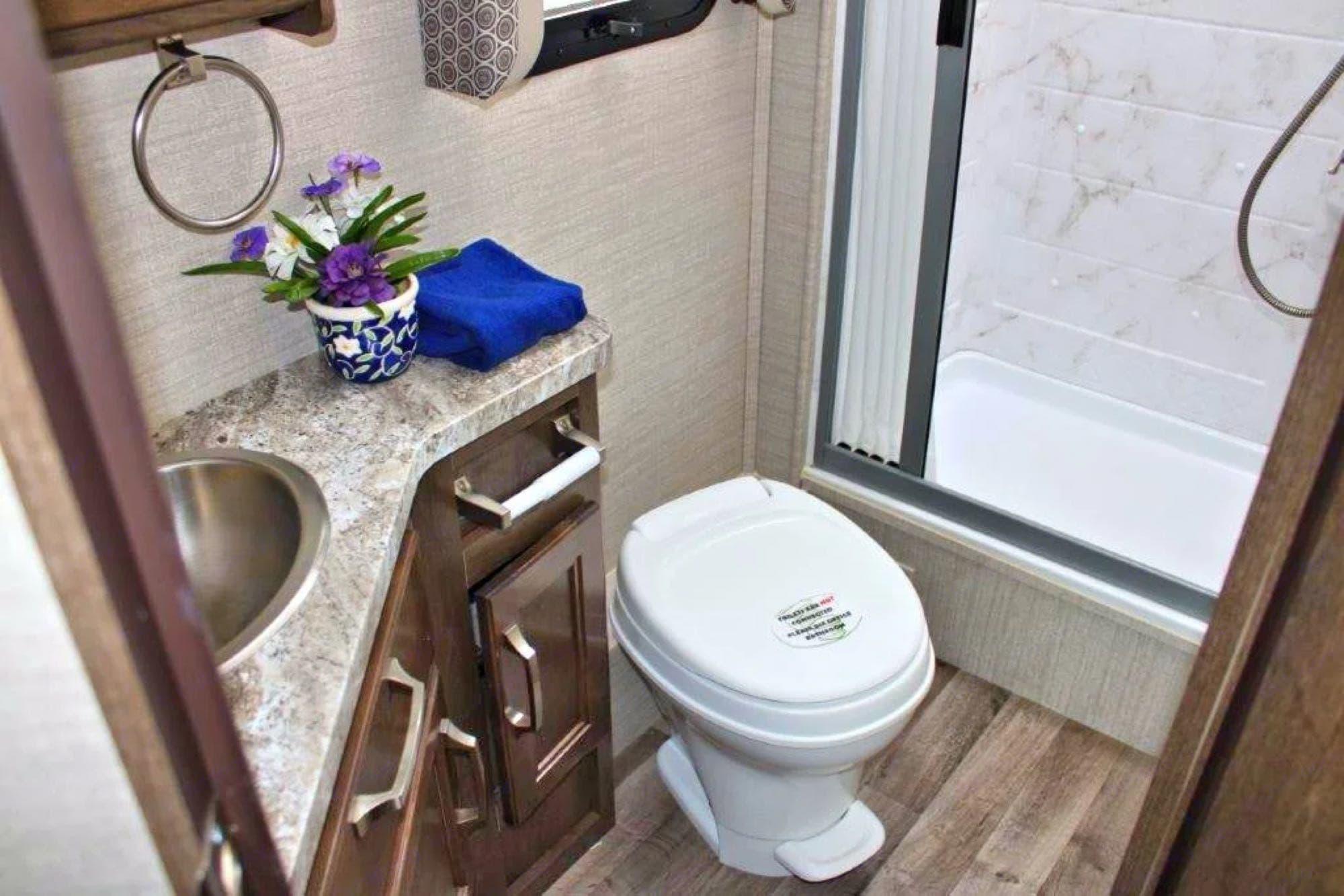 Spacious bathroom.. Jayco Melbourne 2020