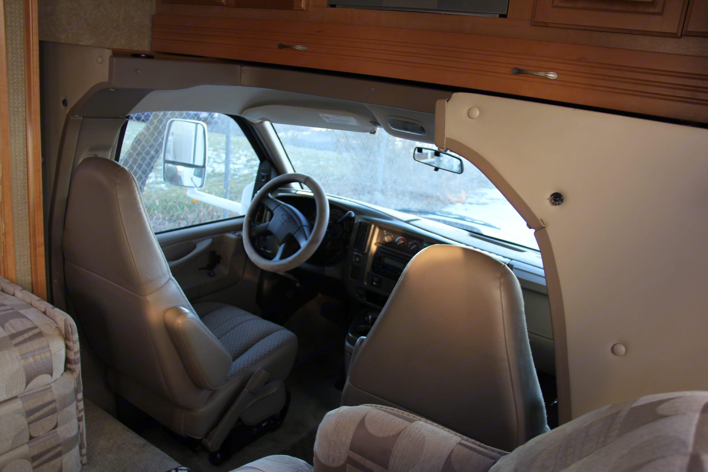 Nice cockpit. Thor Motor Coach Chateau 2007