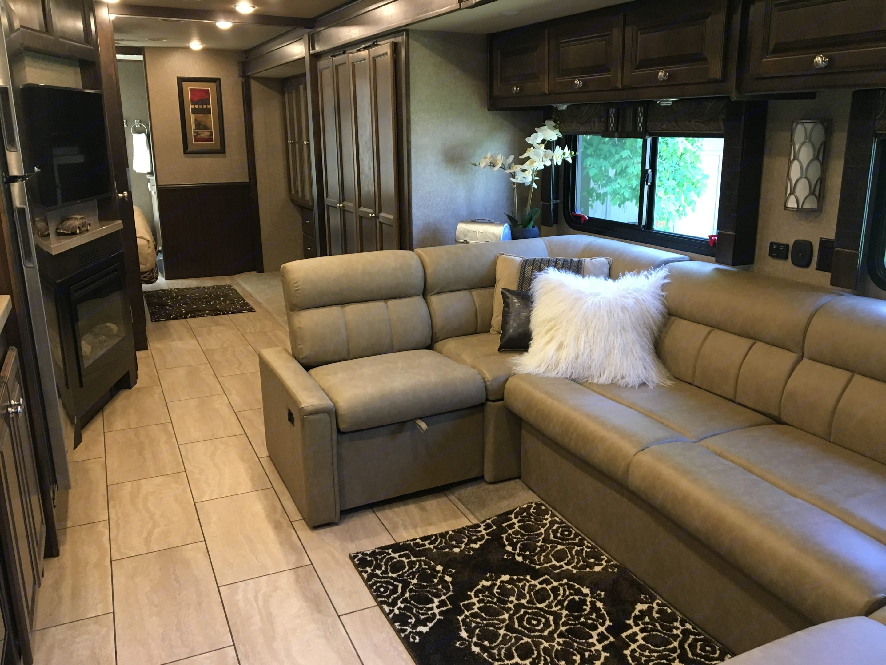 Feel right at home in luxury while camping in your favorite setting. Tiffin Motorhomes Allegro 2017