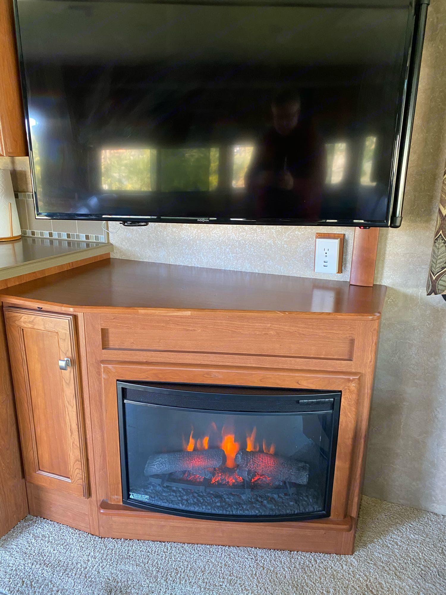 awesome electric fireplace is fun and provides extra warmth.  or can be set for no heat.. Winnebago Sightseer 2015