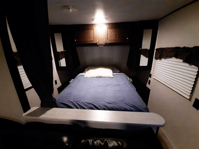 Queen bed. Heartland Pioneer 2019