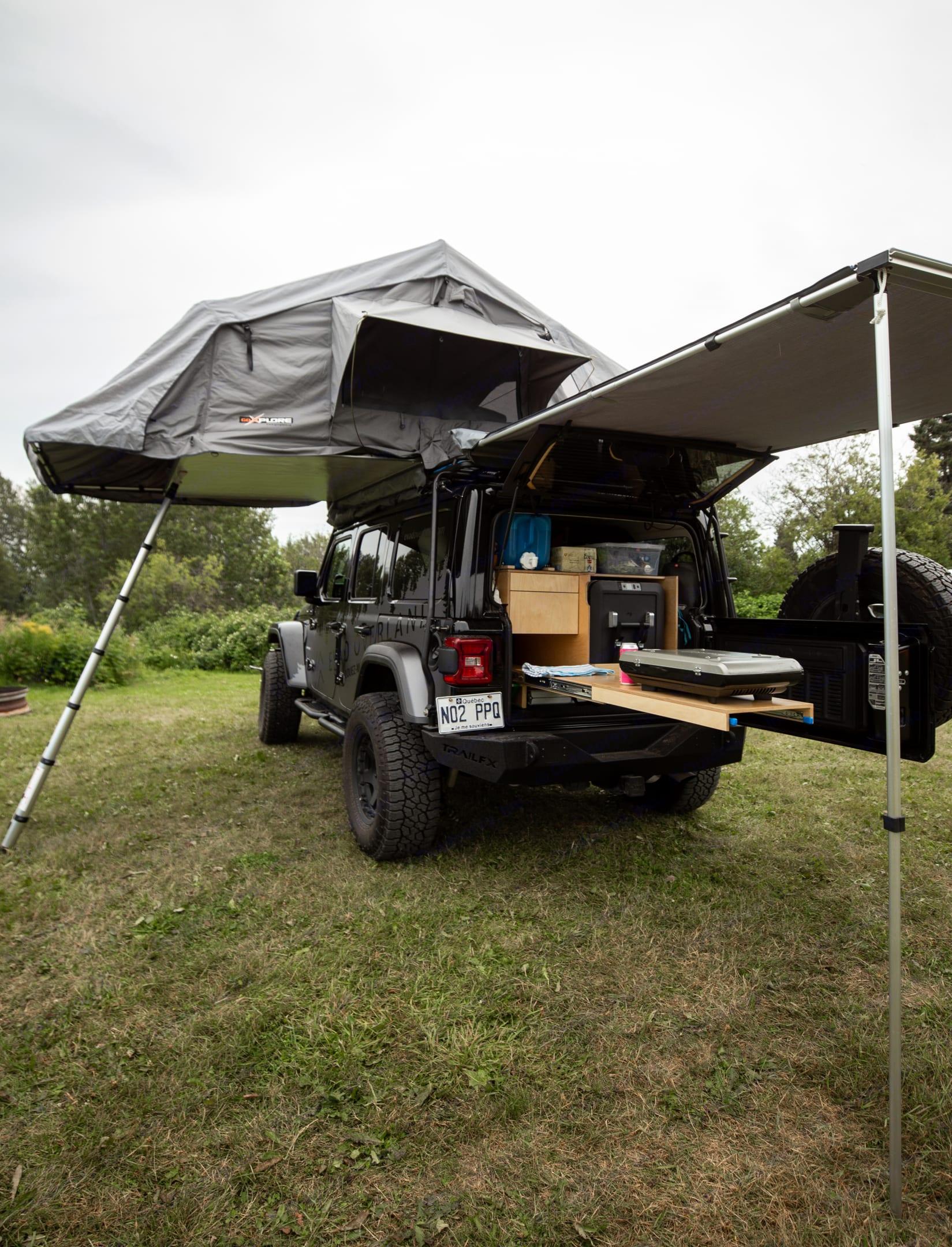 Campement prêt en 10 minutes pour vous permettre de profiter de votre temps pour vos activités. Jeep Wrangler JL Unlimited 2018