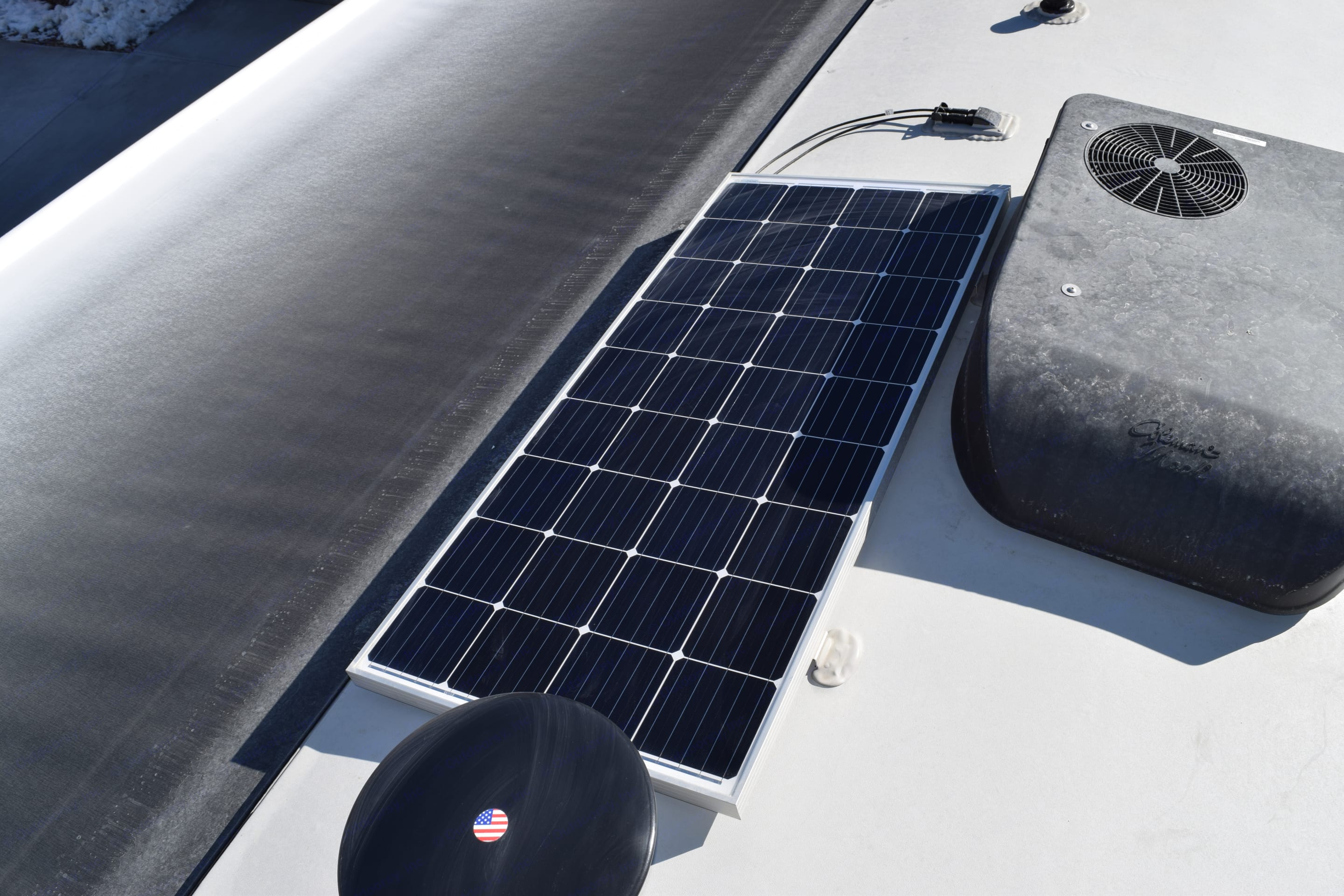 200w roof-mounted solar allows you to keep recharging the batteries while dry camping. Forest River Rockwood 2021