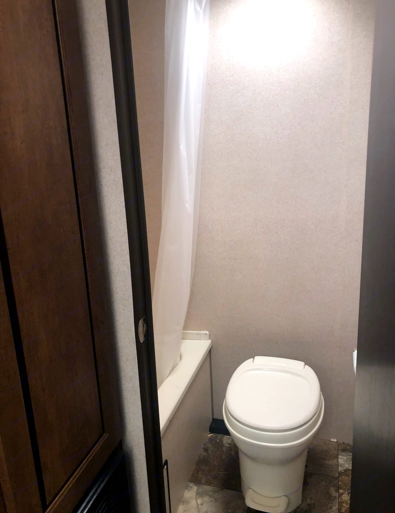 Separate toilet and shower. Forest River Salem Cruise Lite 2017