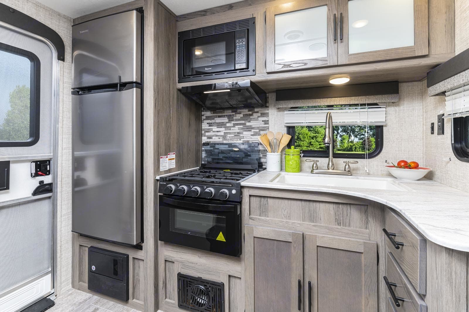Equipped with 12v fridge, freezer, 3 burner gas stove top, gas oven, toaster, coffee maker.. Gulf Stream Amerilite 2021