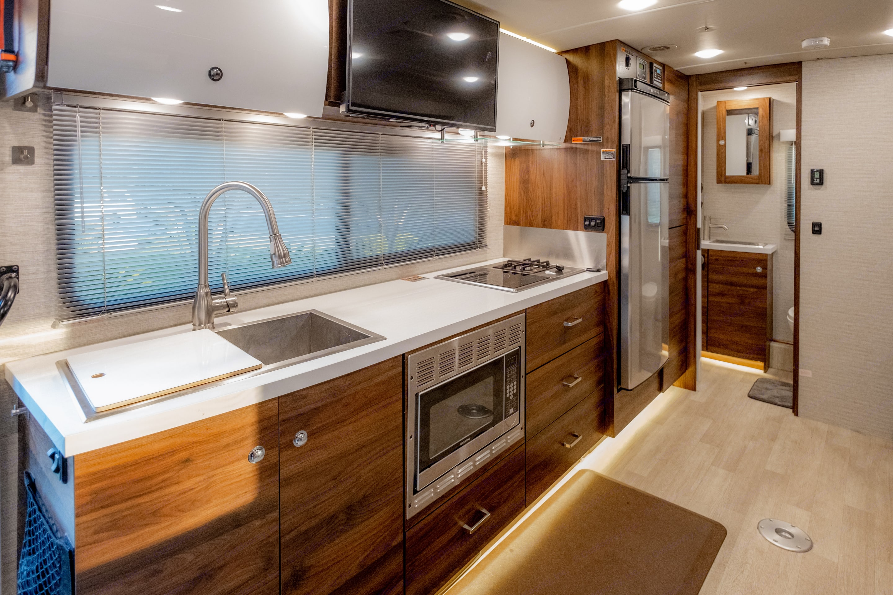 This work space kicks ass. I personally love the dual cooktop; gas and induction burners. . Winnebago Navion 24D 2020