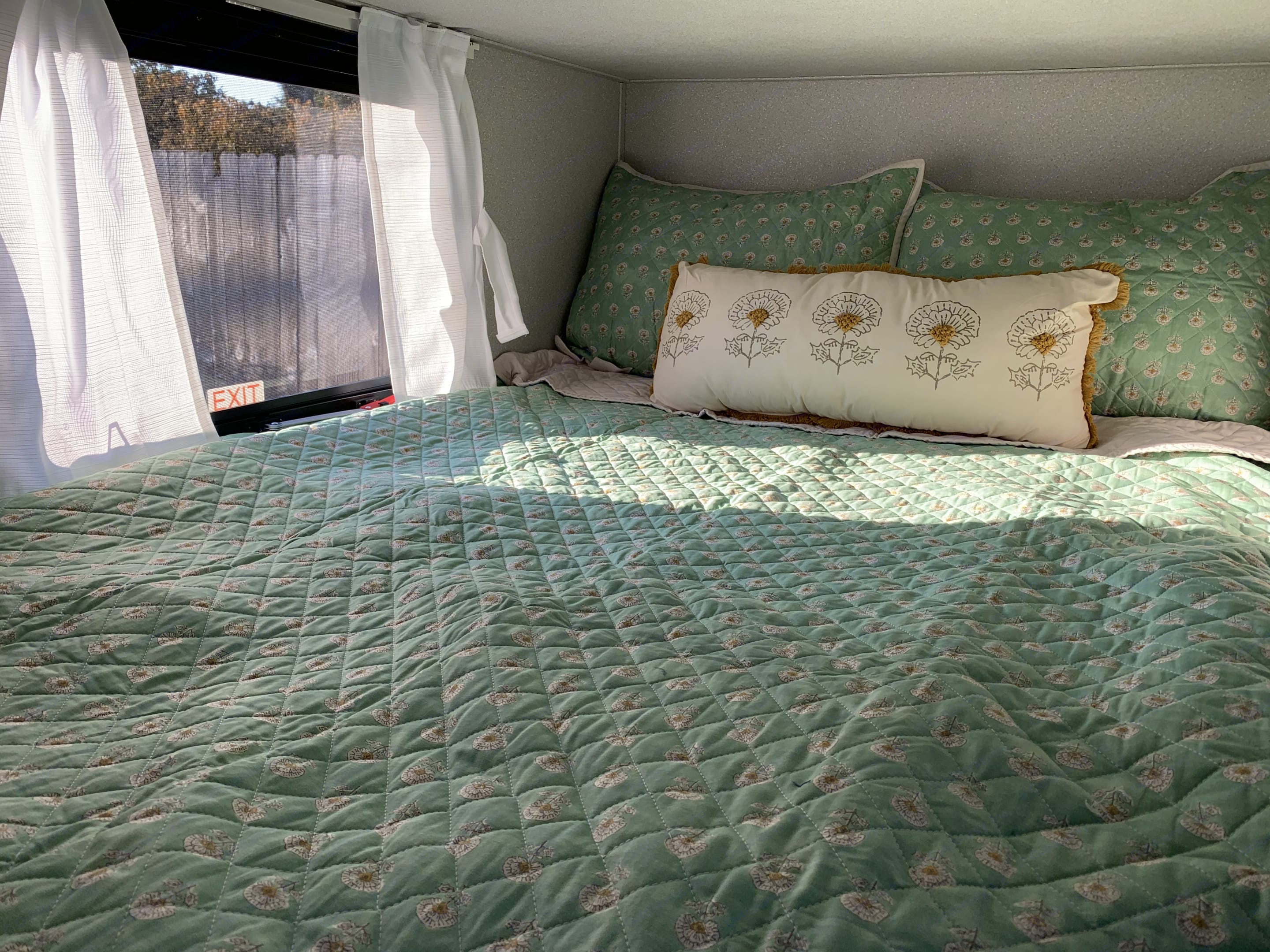 Full size bed with window view. Has a USB and Plug.. Shasta SALEM25RS 2021
