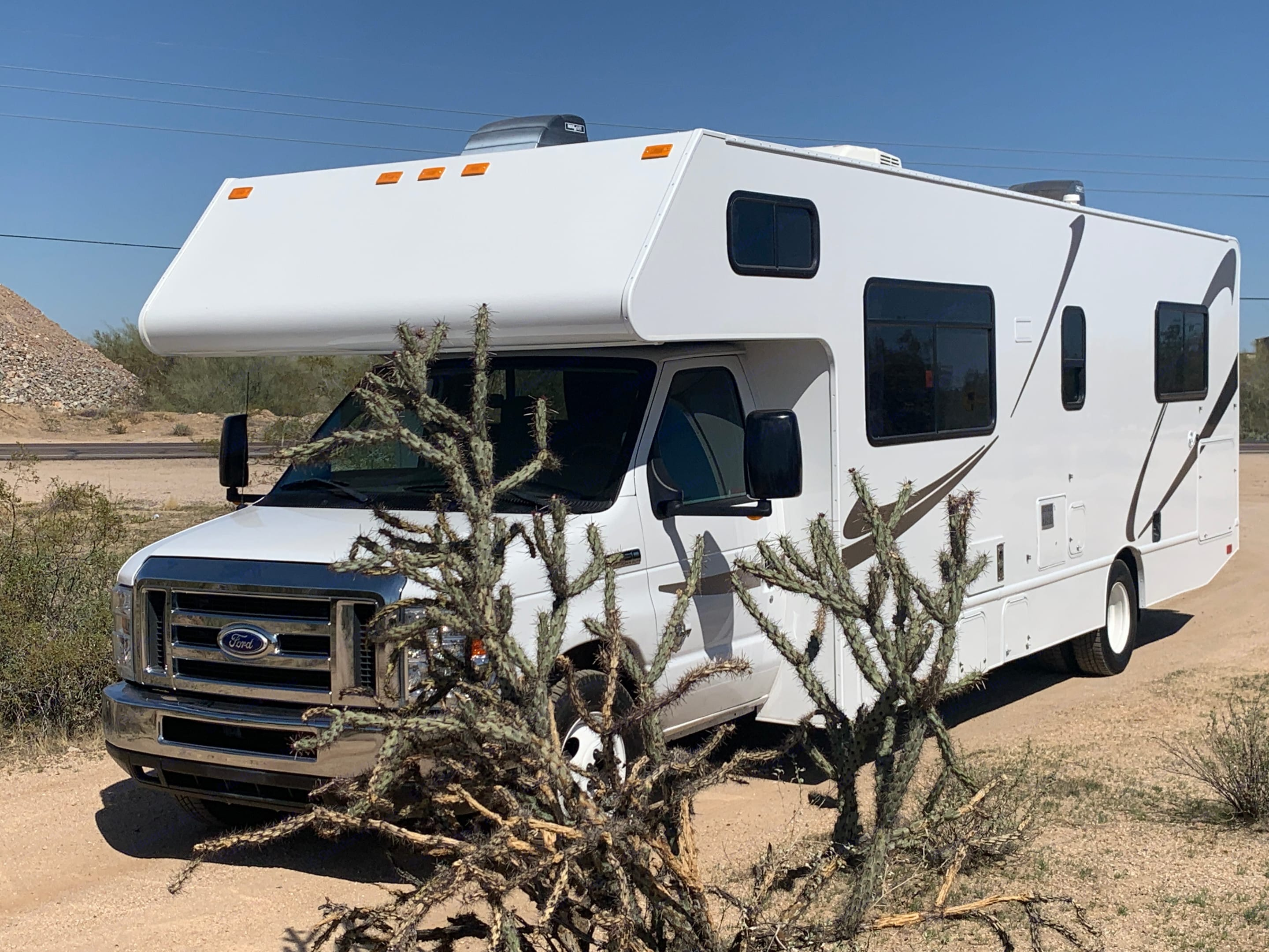 Enjoy hitting the road with whole family in this easy, cozy, self-contained campers paradise with all the comforts of home. . Thor Motor Coach Four Winds 2017