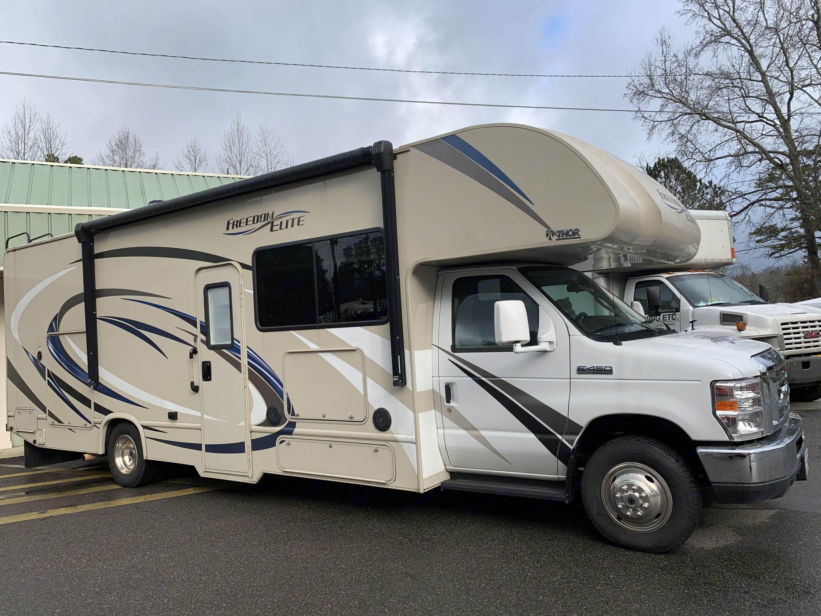 Beautiful Class C motorhome includes outside kitchen and TV . Thor Motor Coach Freedom Elite 2018