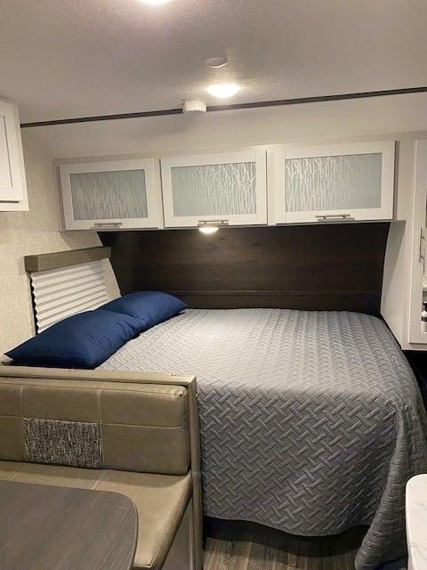 Queen size bed. Keystone Bullet 2021