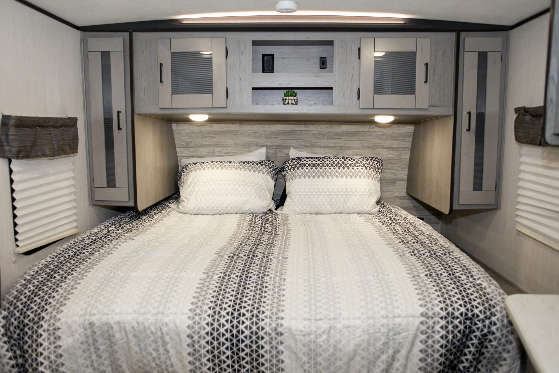 Comfortable king size bed plenty of storage and side closets. Heartland Mallard 2020