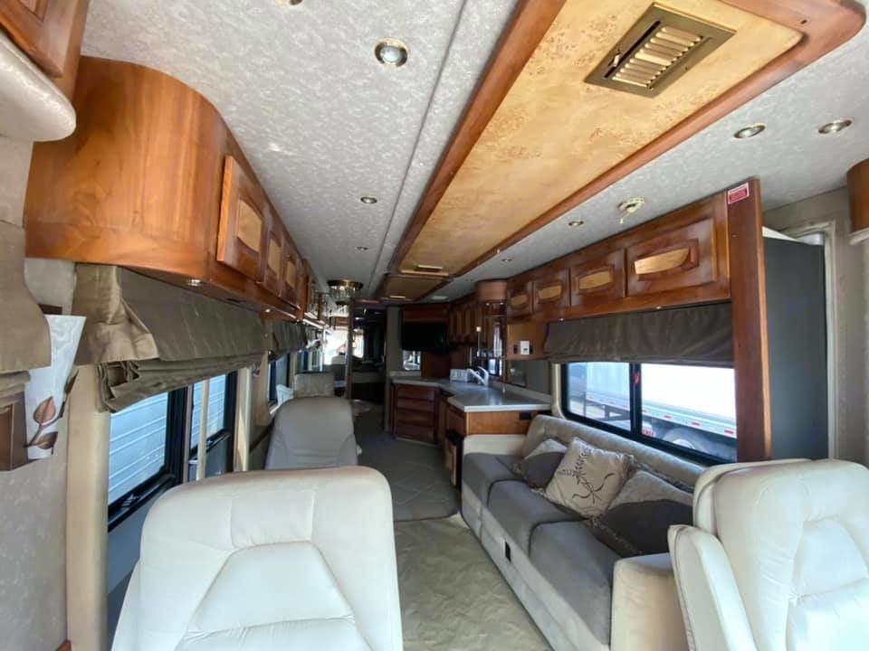 Large seating areas and full kitchen, plus a queen bedroom in the rear. . Beaver Marquis Jasper 2010