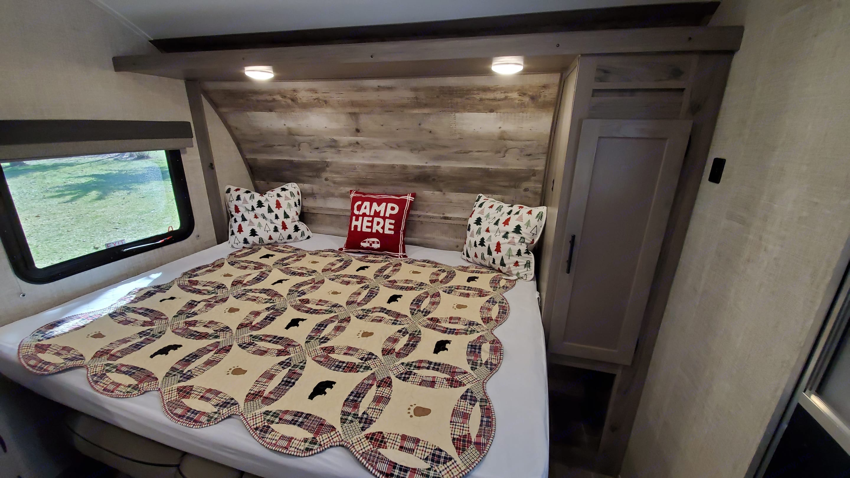 Queen size bed with plenty of room to spread out, lots of light and bedside storage.. Gulf Stream Amerilite 2021