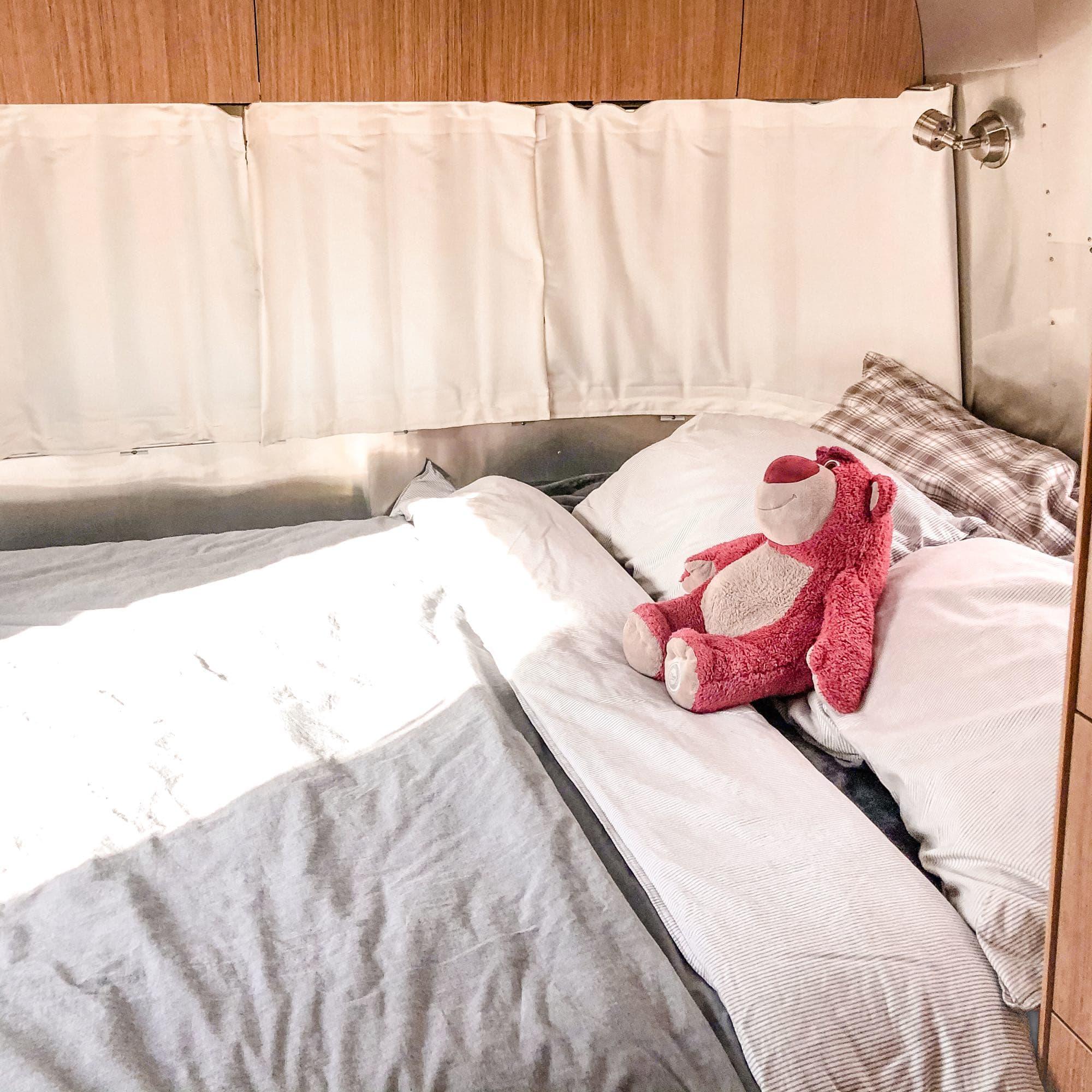 queen bedroom. Airstream Flying Cloud 2020