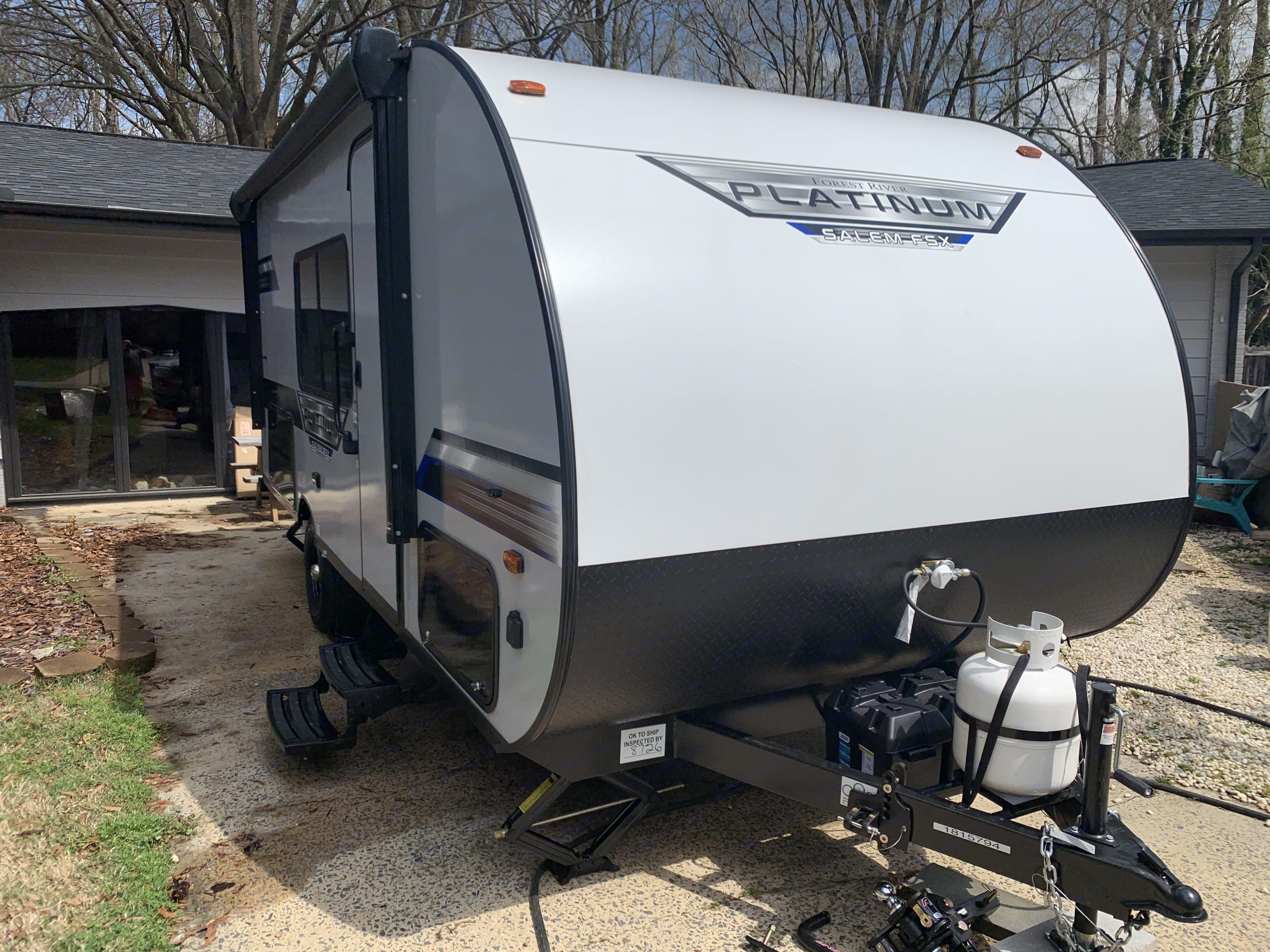 Has propane and 2 batteries. As well as an load distribution hitch. Forest River Salem 2021