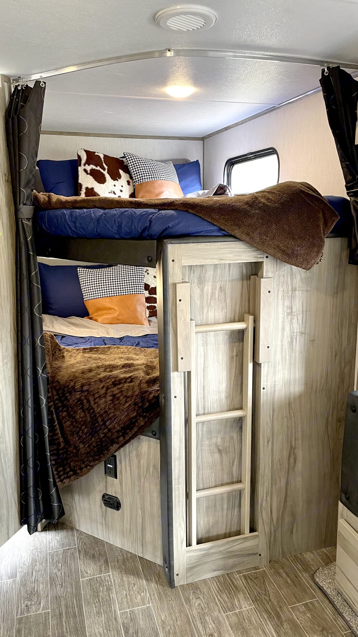 2 full size bunk beds. Forest River Cherokee 2021