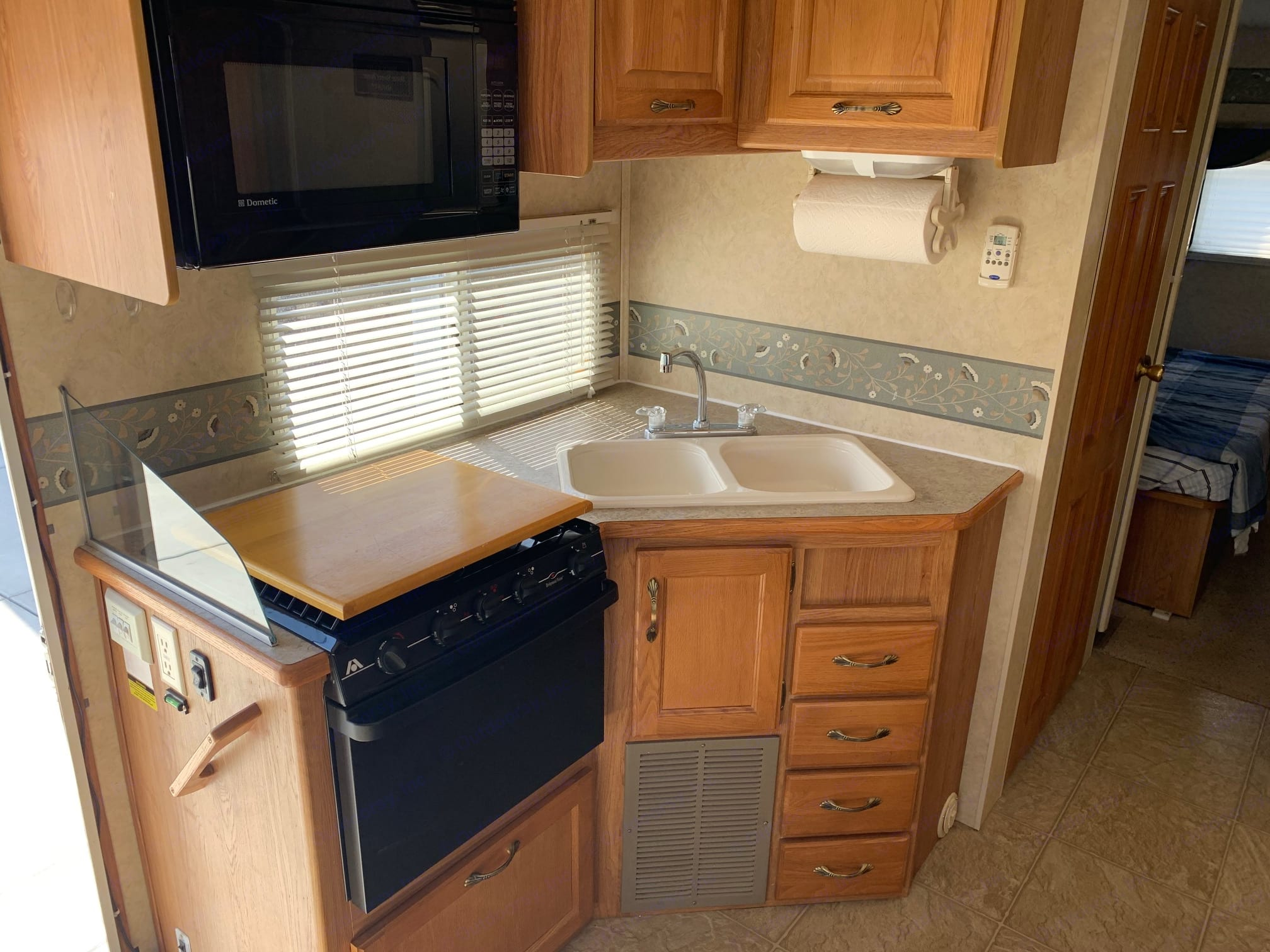 Full oven and double sink. Jayco Greyhawk 2005
