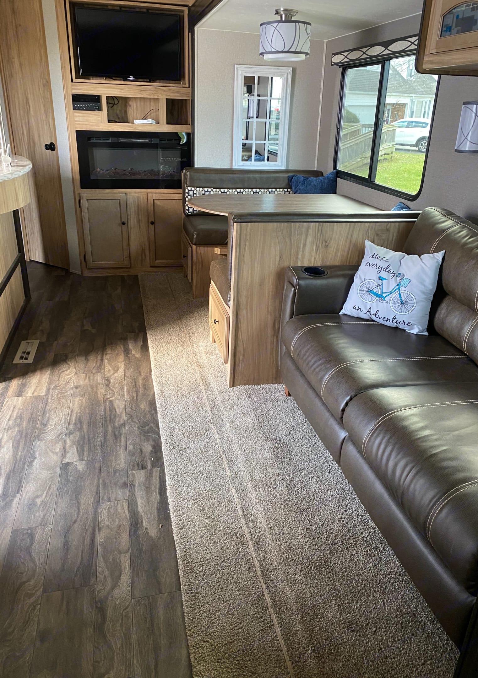 Living area. Coachmen Freedom Express 2018