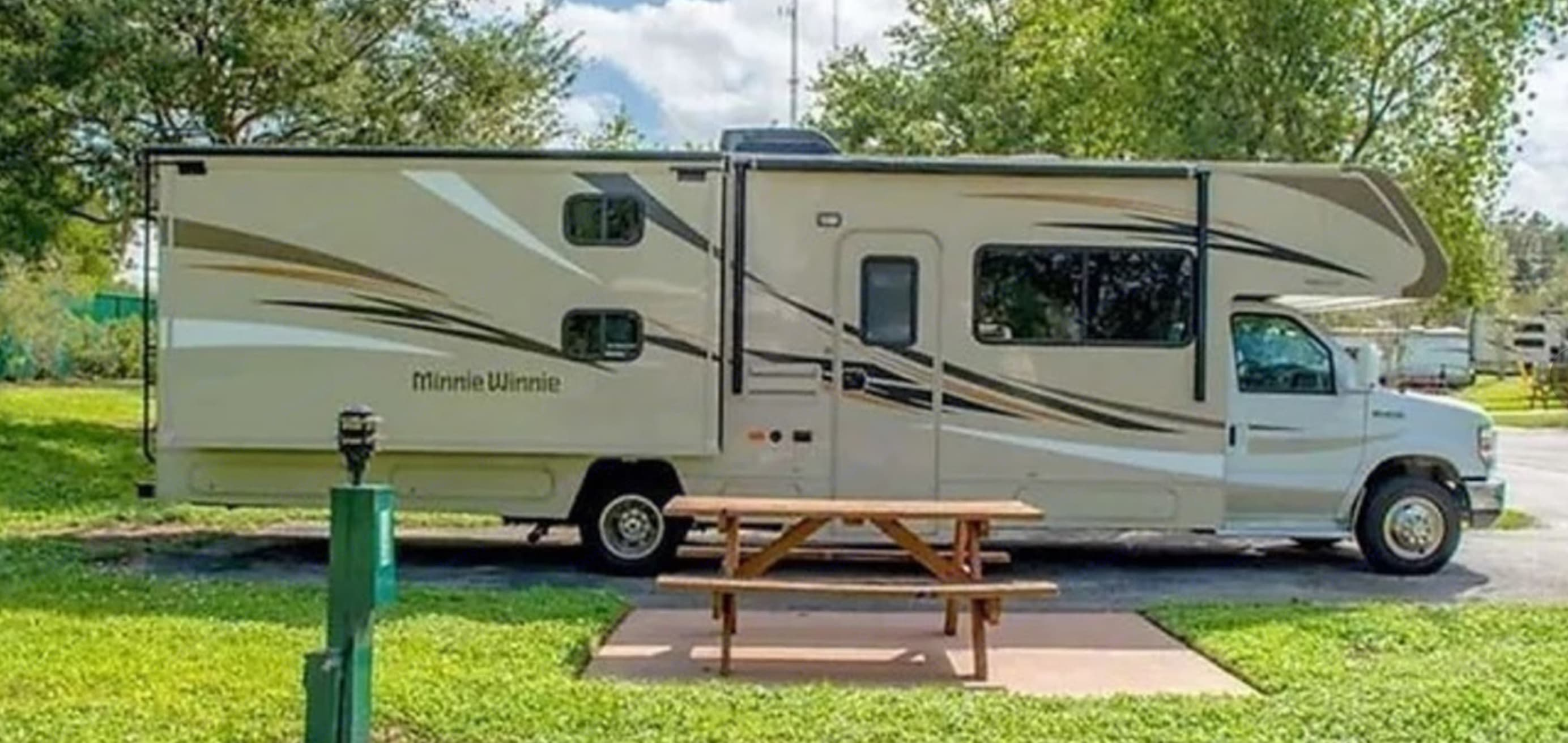 Camping 33 Minnie Winnie. Winnebago Catalina Premier Series 331H 2015