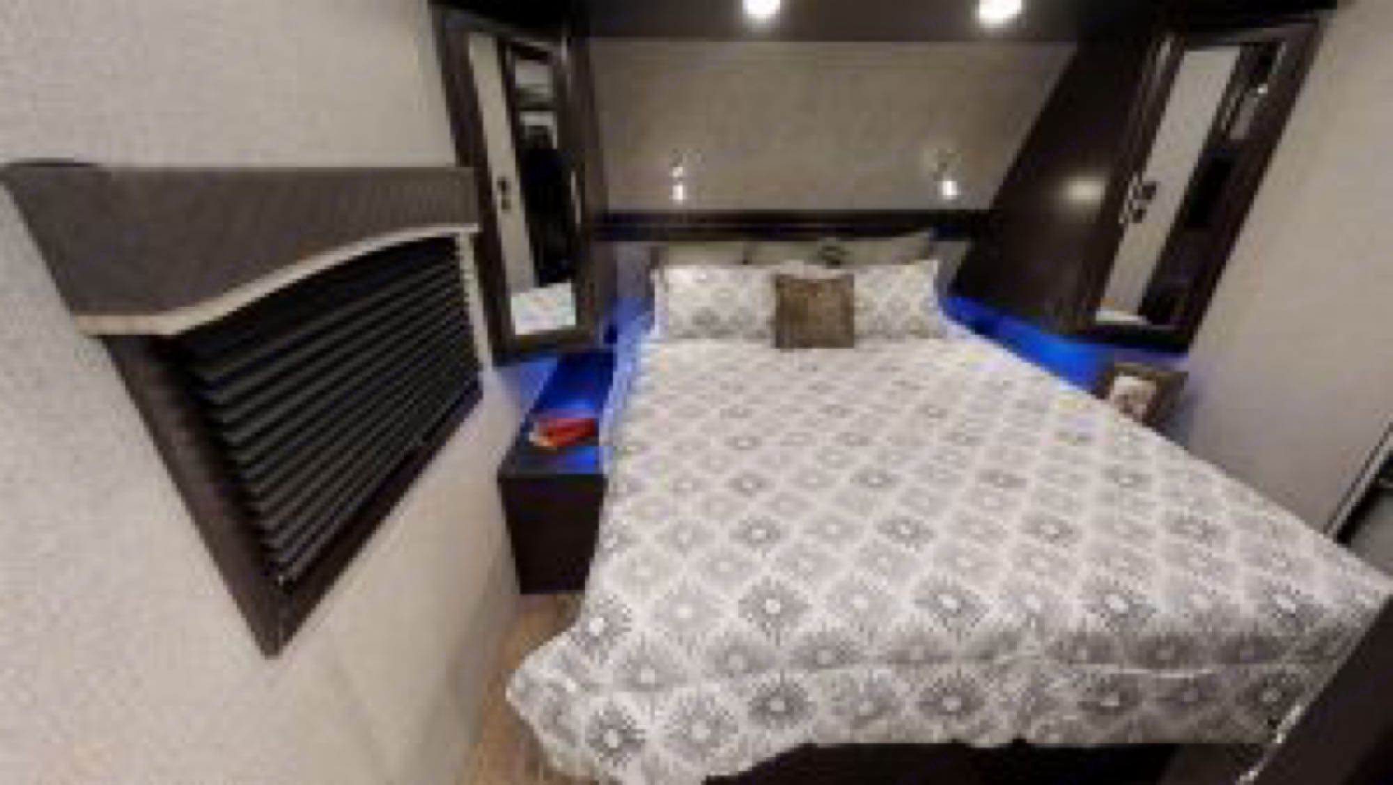 king size bed. Jayco EAGLE 2020