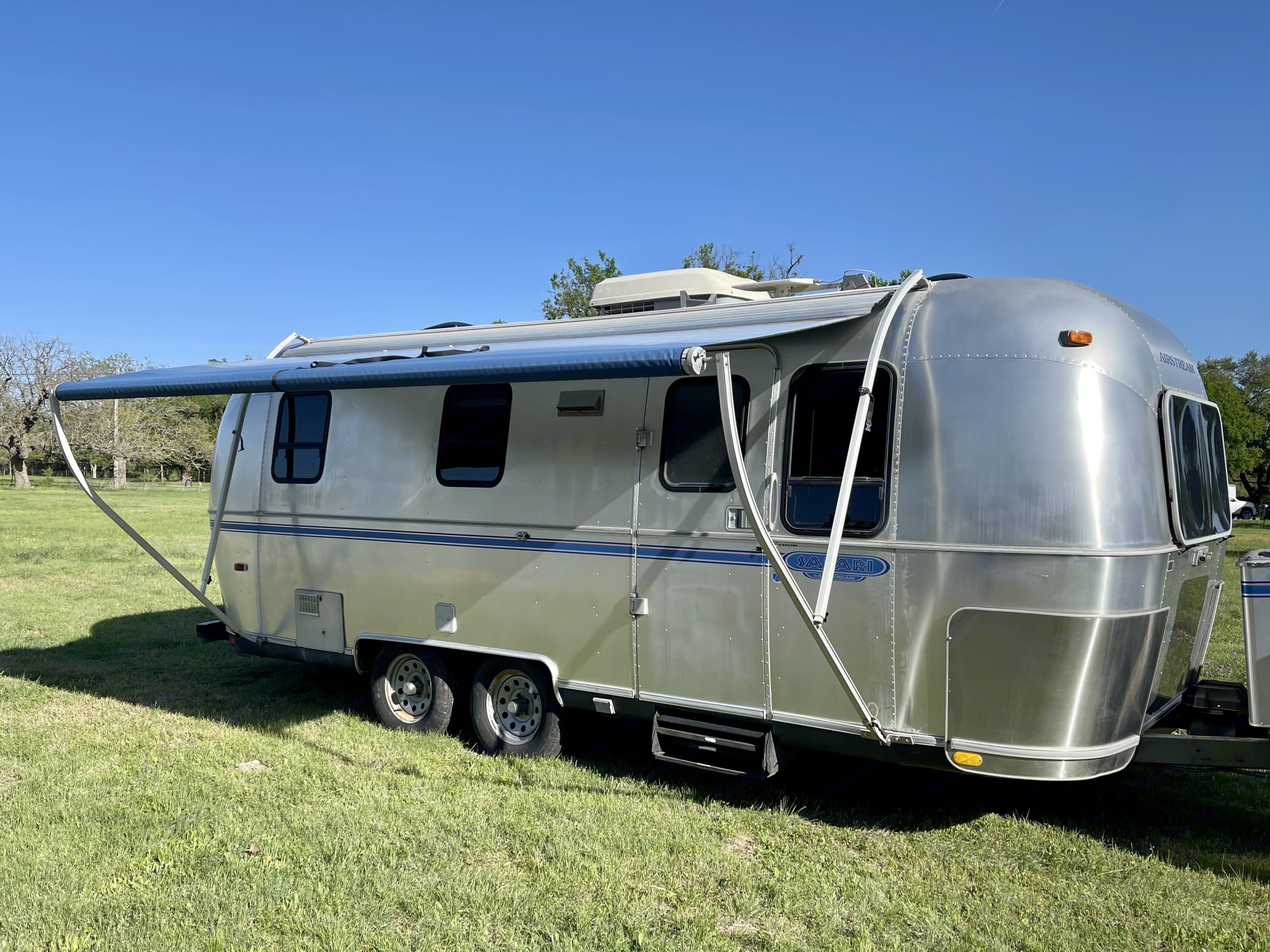 Beautiful exterior with a fully functioning awning. Airstream Safari 1999