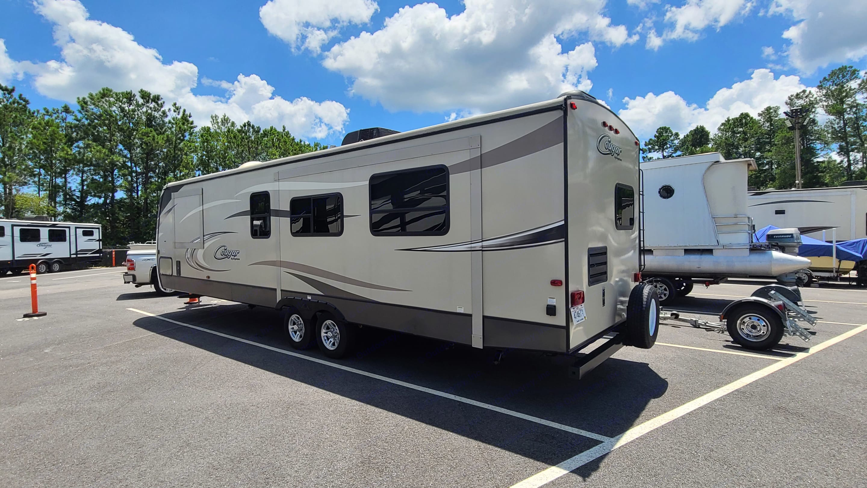 2 Slide outs, Living Room and Main Bedroom. Keystone Cougar 2017