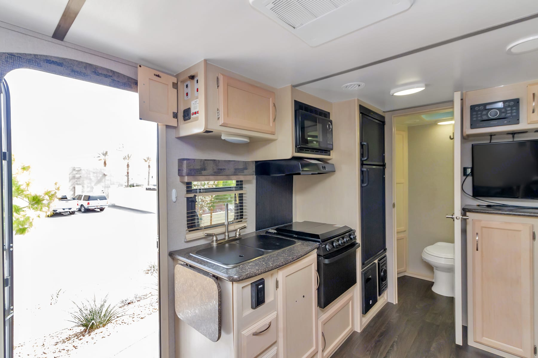 Create meals and memories in the fully equipped kitchen . Winnebago Micro Minnie 2018