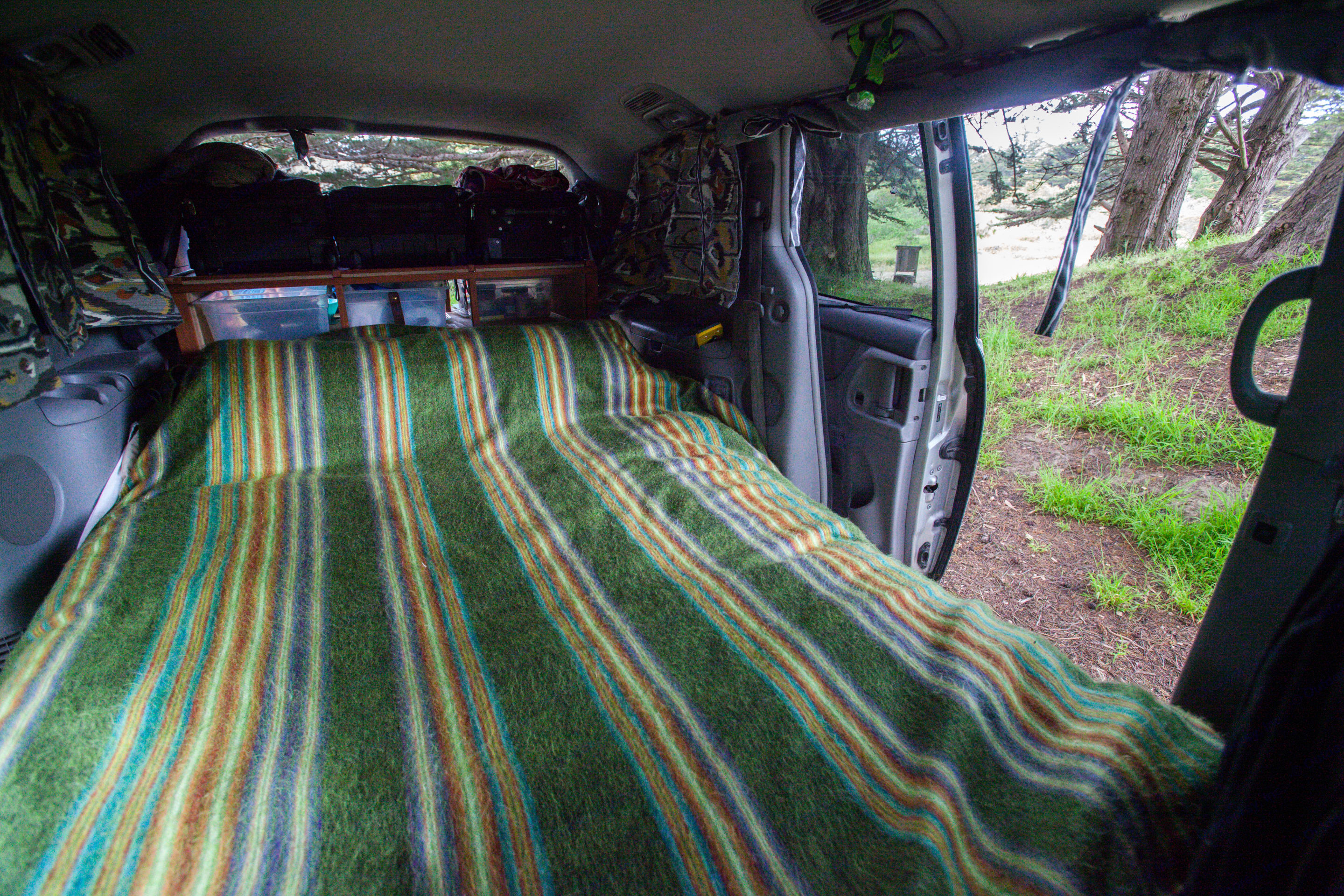 One side has an automatic opening. The other side you need to use the handle to pull open. Each side of bed has access to outside. . Toyota Sienna 2007