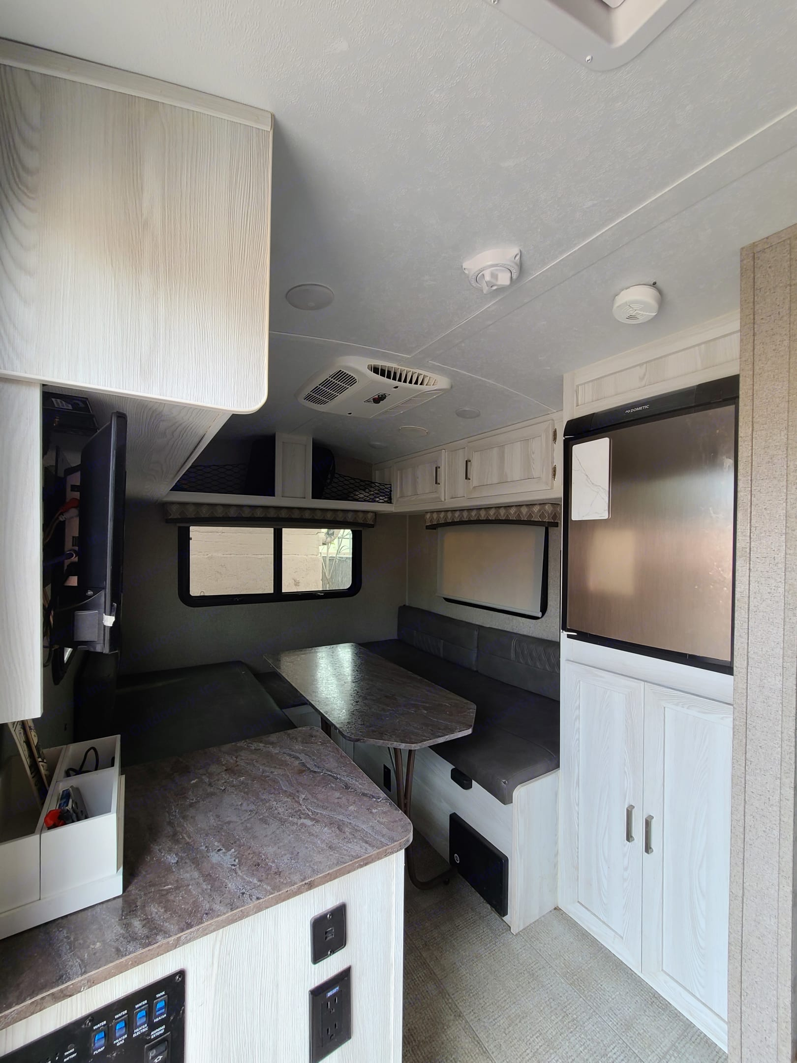 With the fridge, large dining area, and plenty of space, you can host up to 6 people in the trailer (if you're all vaccinated of course 😉). Flagstaff E-Pro 2020