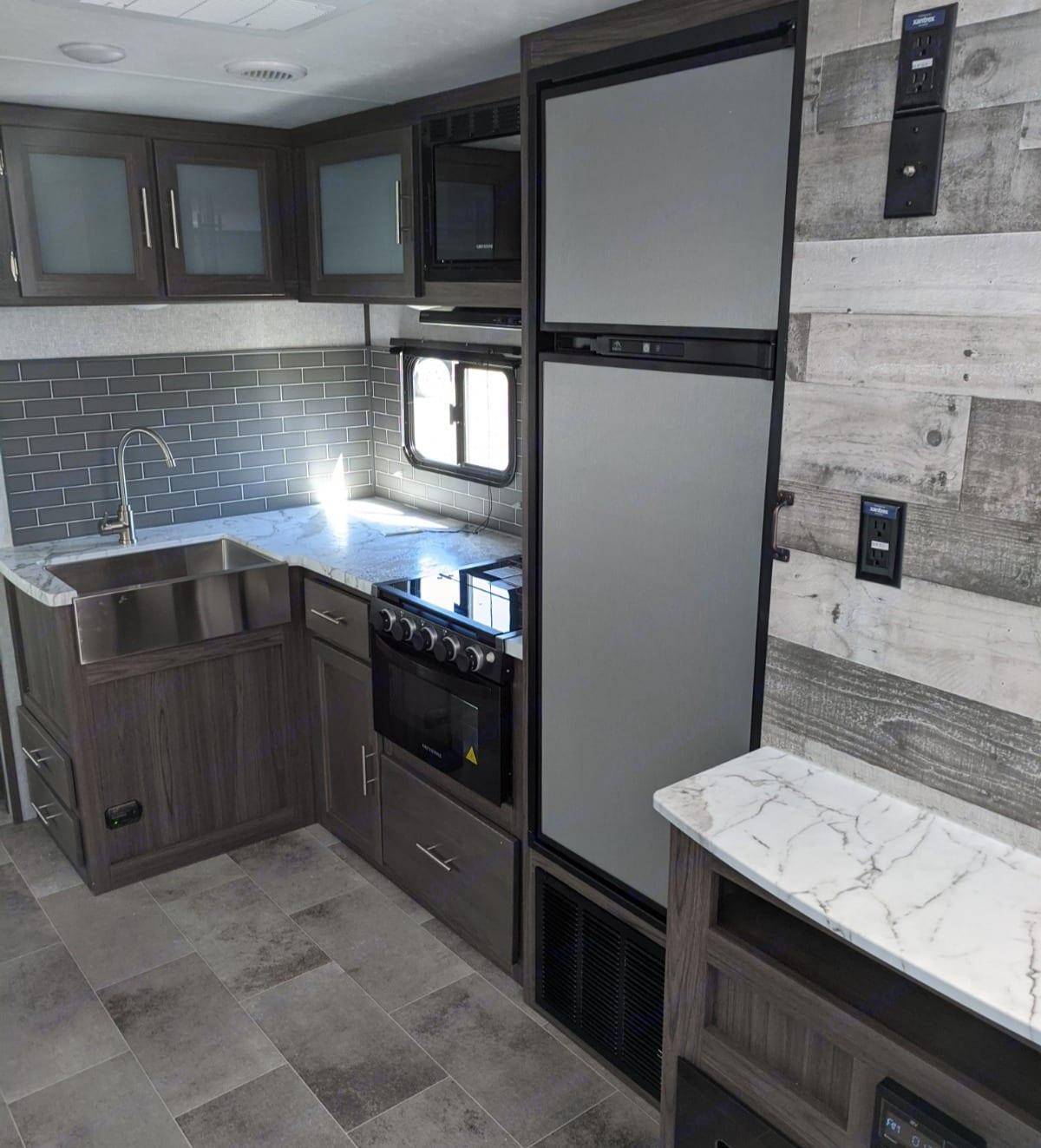 Appliances included and lots of storage!!. Dutchmen Kodiak 2021