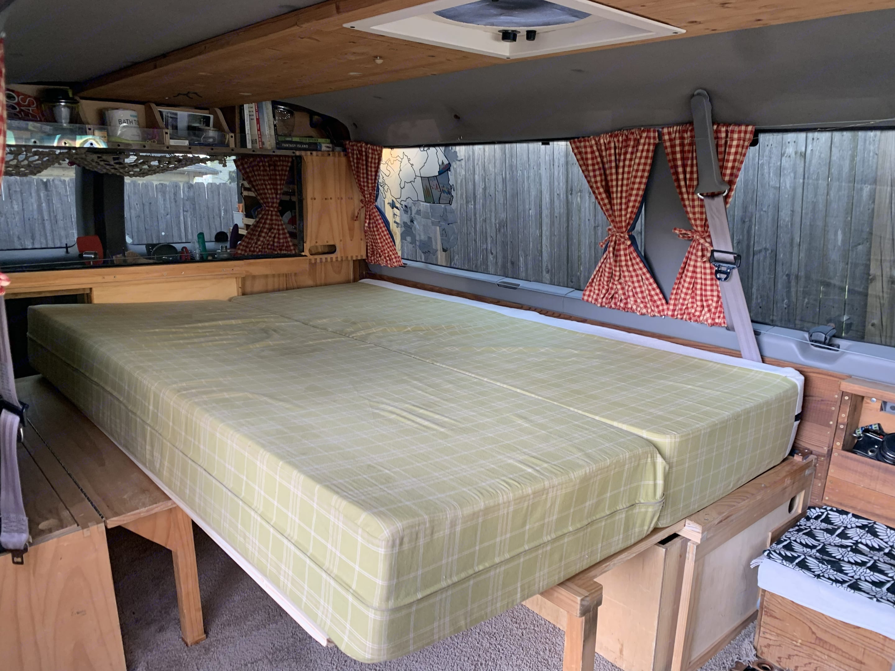 full bed. Ford Econoline 2001