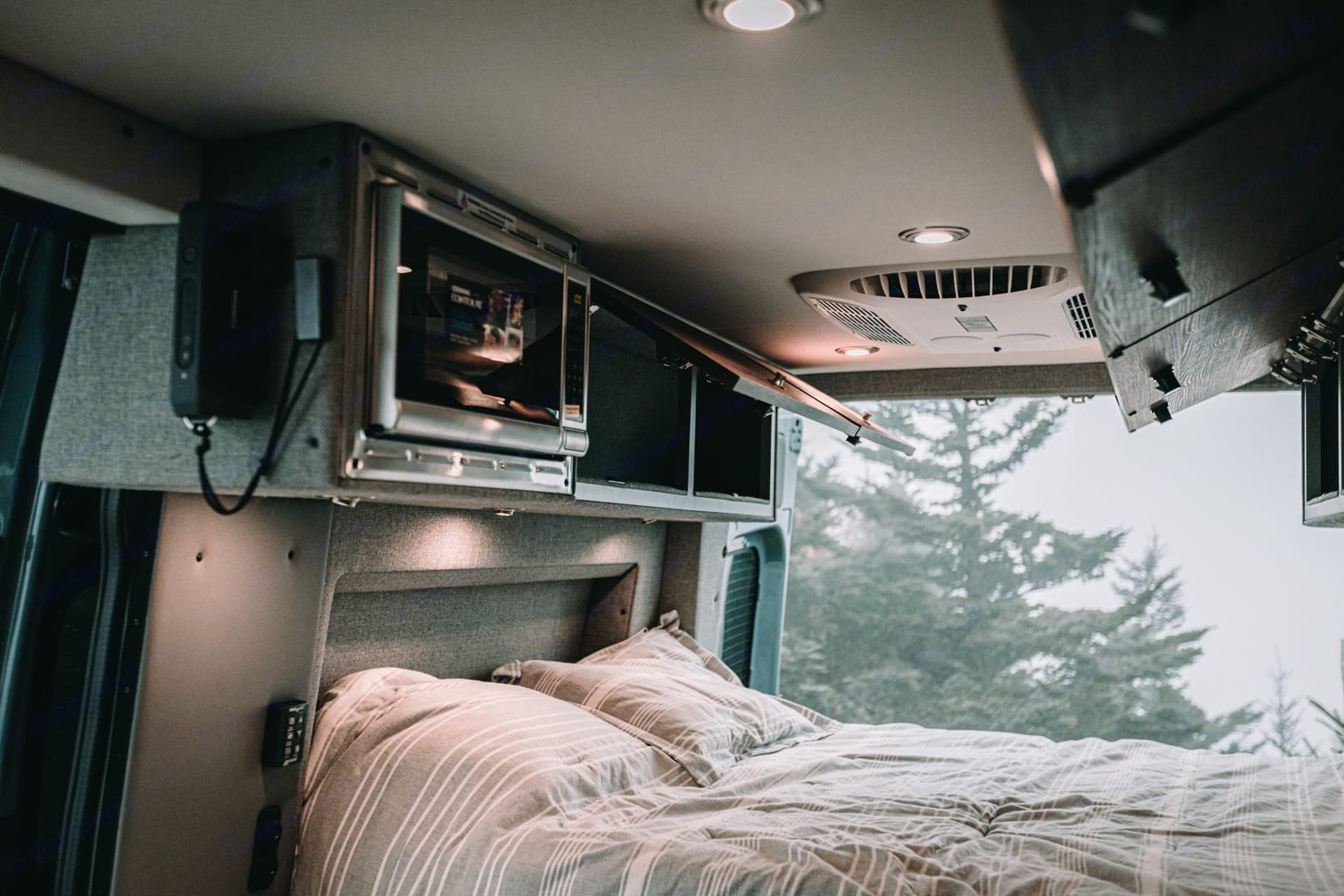 Two more can sleep in the comfy queen sized bed. . Mercedes-Benz Storyteller Overland Stealth MODE 4x4 2021
