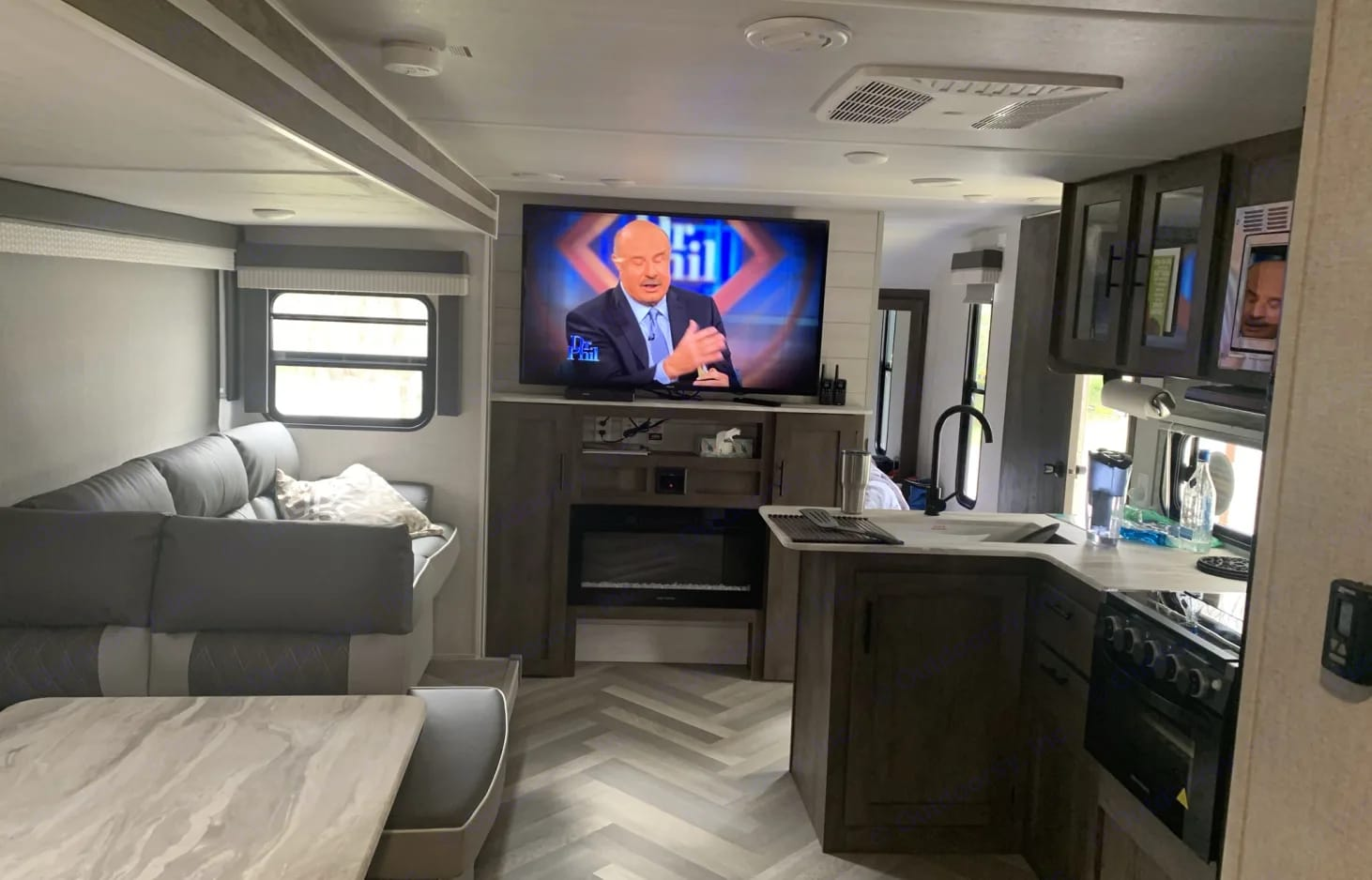 """55"""" 4K UHD Smart TV, DVD/BlueRay player, radio with interior and exterior speakers, VersaLounge/ w couch and dinette converting to sleep 4. Fireplace!. Forest River Salem Cruise Lite 2021"""