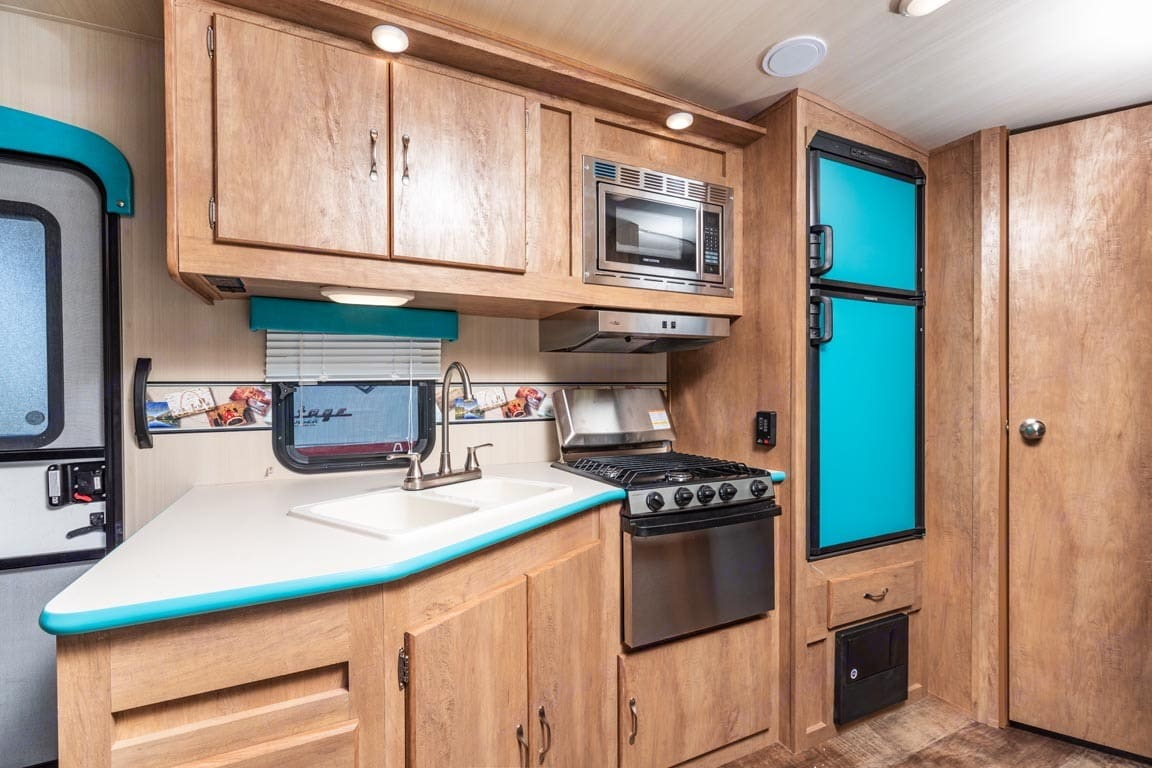 The kitchen comes equipped with the basic essentials for cooking and eating.. Gulf Stream Cruiser 2018