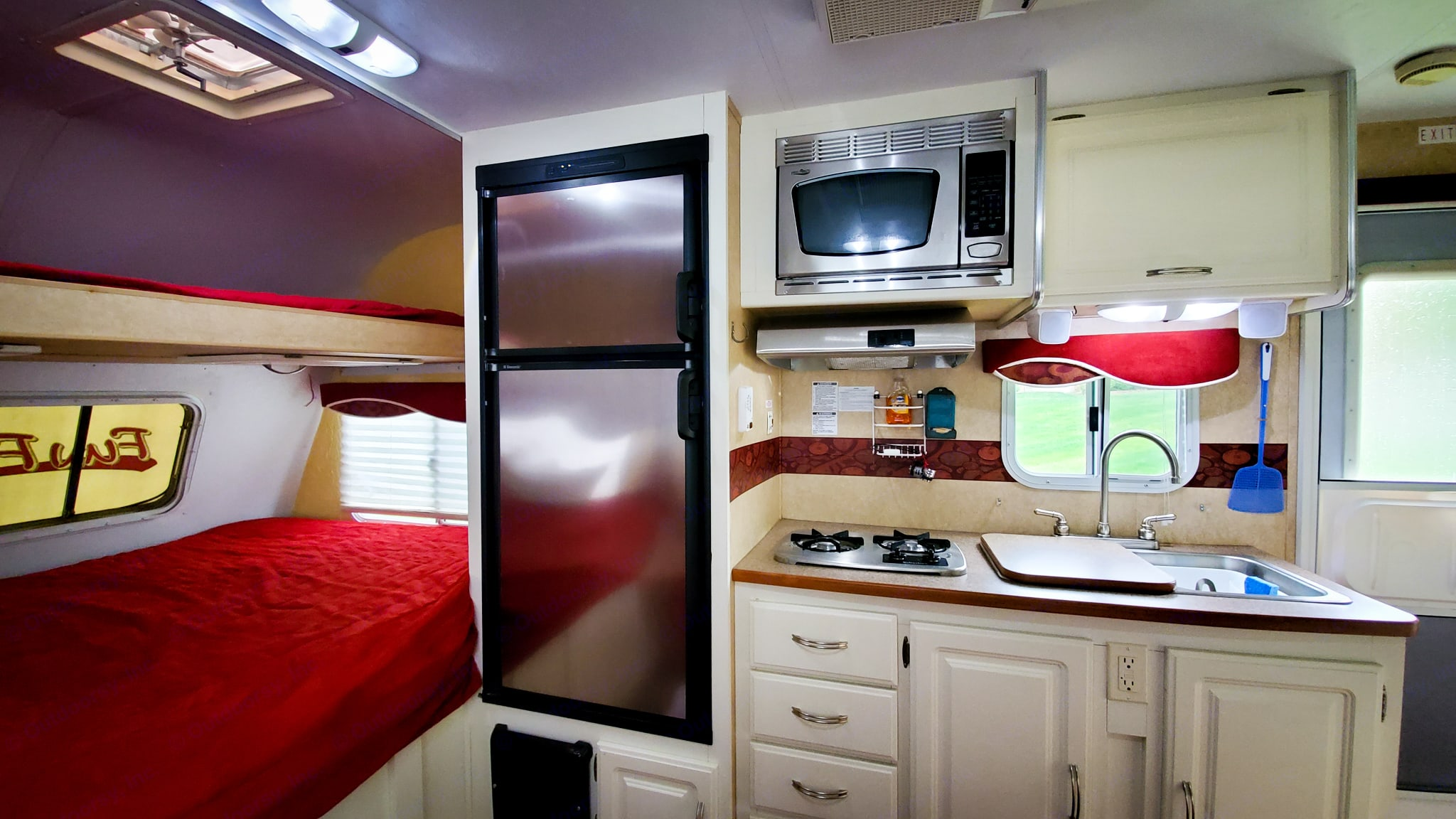 Full size fridge, freezer and microwave. Cruiser Fun Finder X 2008