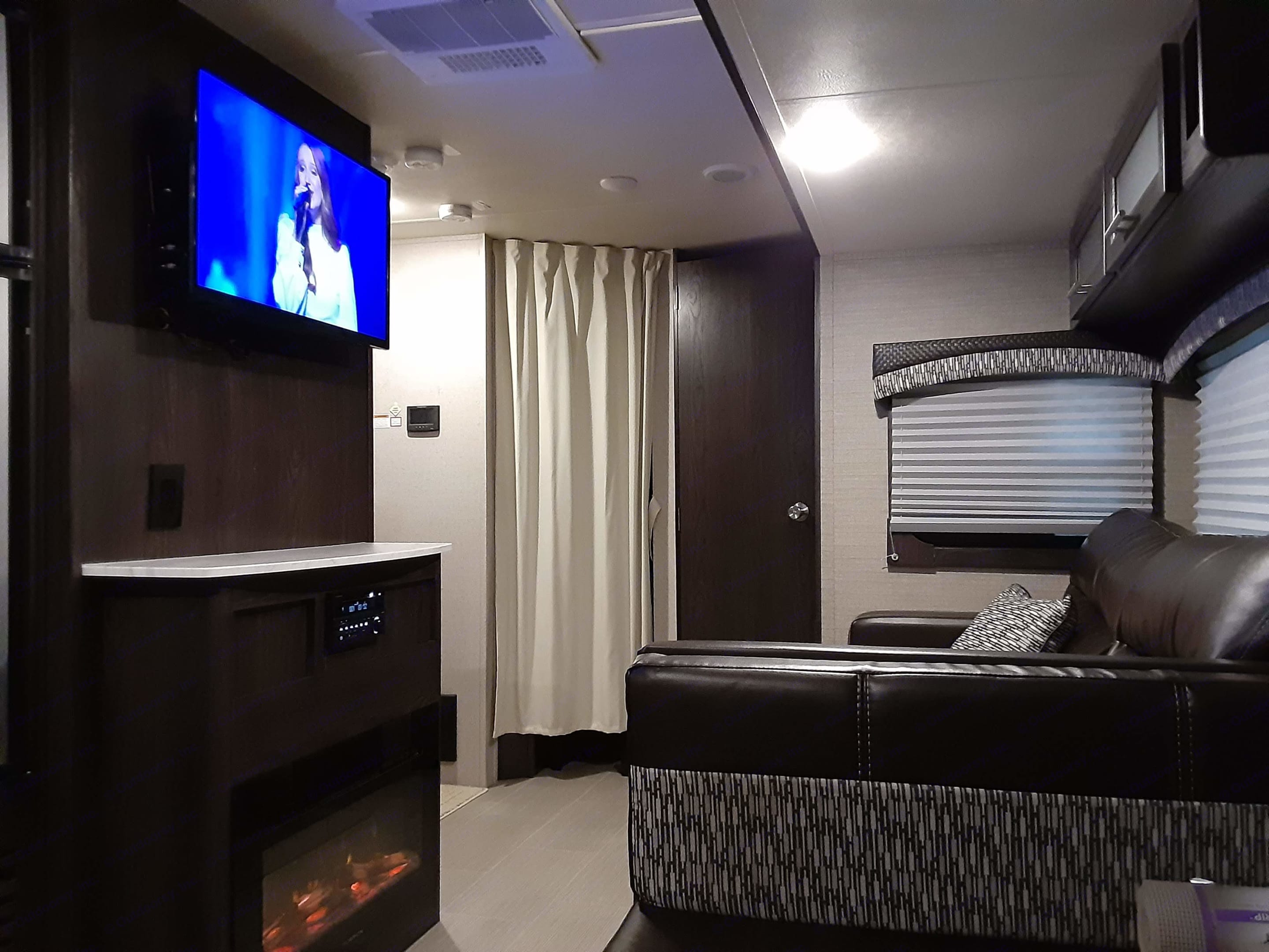 Relax by catching up on the news, watching an evening video, or just enjoying the glow of the electric fireplace, which is great for a chilly morning. Dutchmen Kodiak 2018