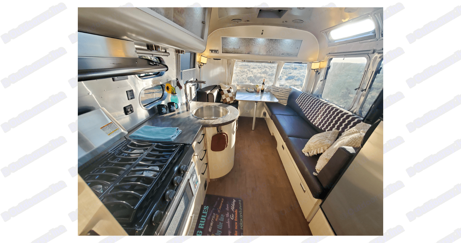 Spacious and cozy dinning and living area. . Airstream International 2018