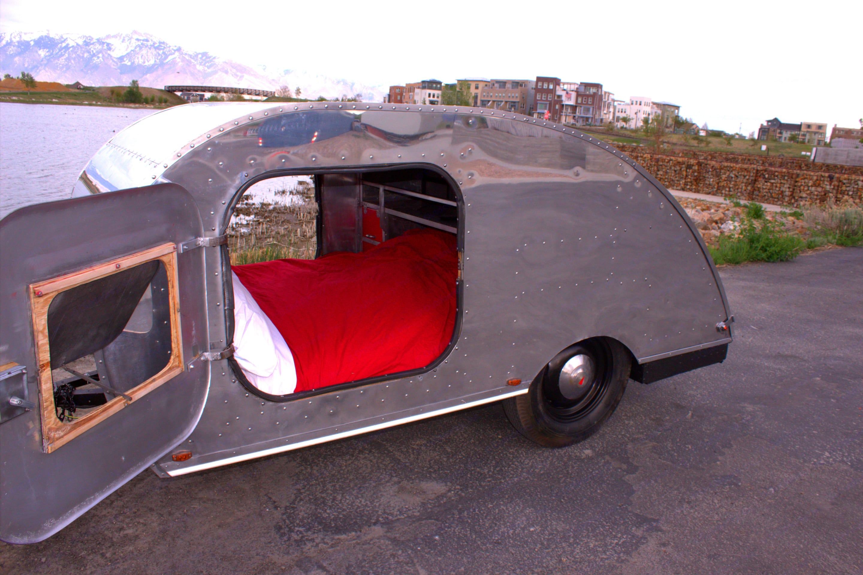 Sleek exterior, all aluminum design in great condition. Doors open to a deluxe queen bed. . Other Other 2020