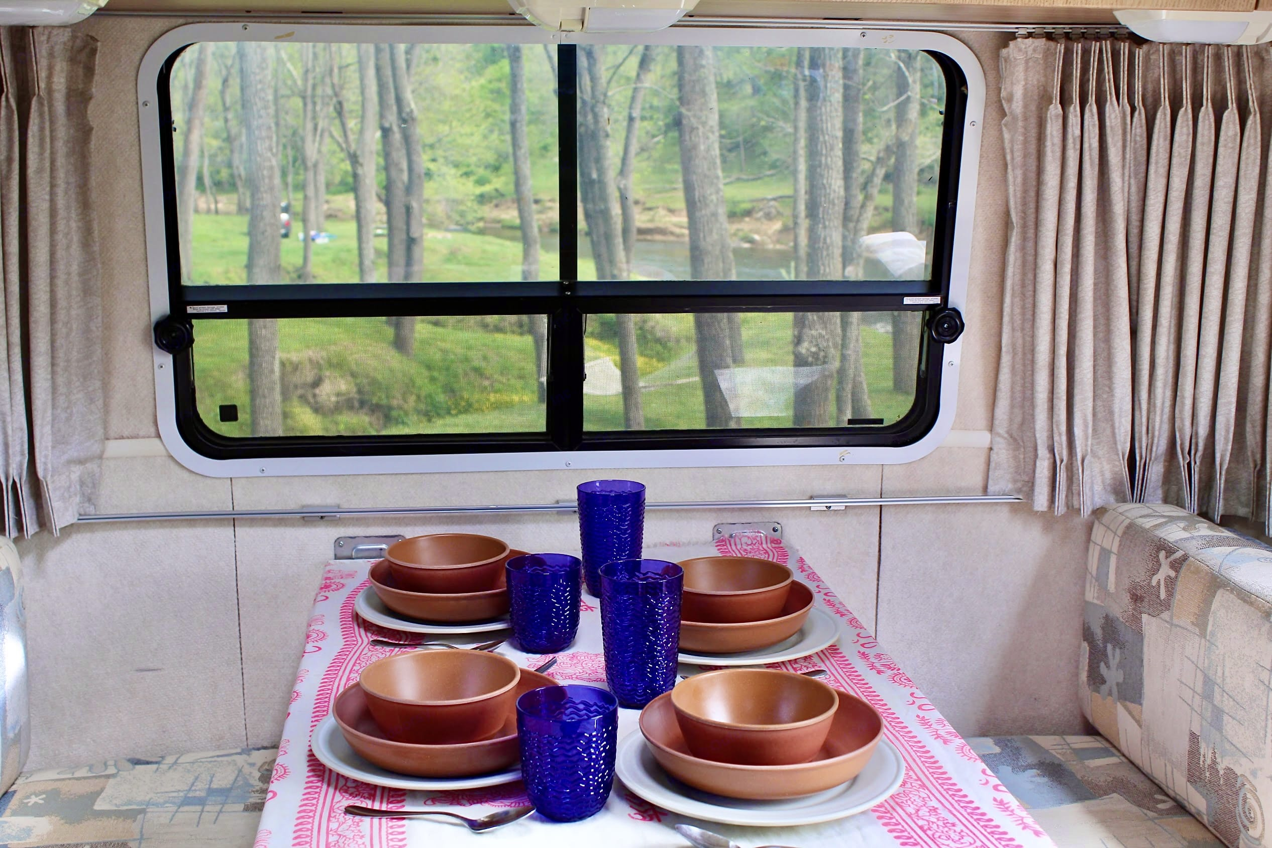 The perfect view for a family dinner. Airstream Safari Bambi 2003