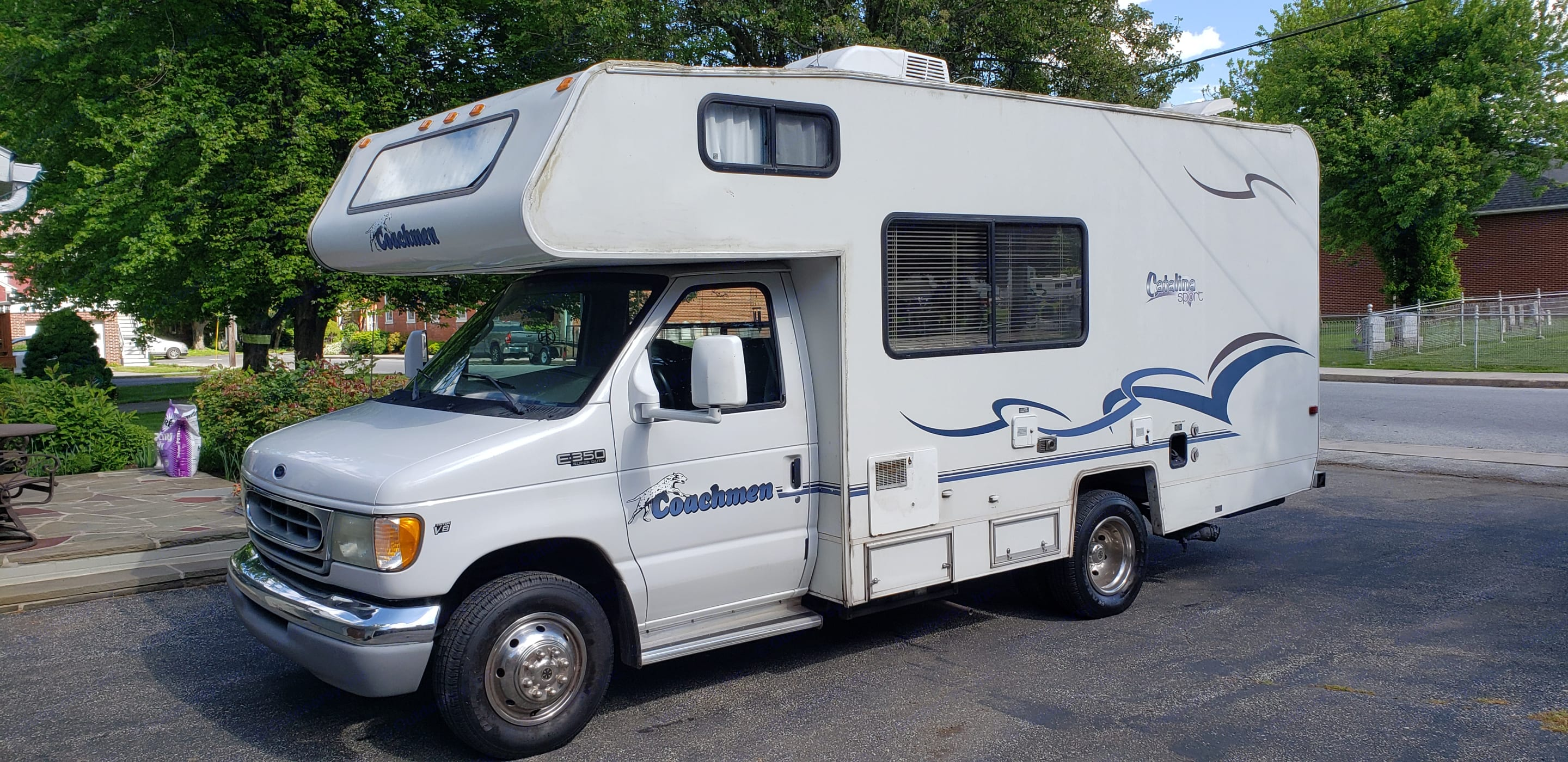 Great mirrors and compact 21.5' length make this rig easy to drive and park.. Coachmen Catalina Sport 2002