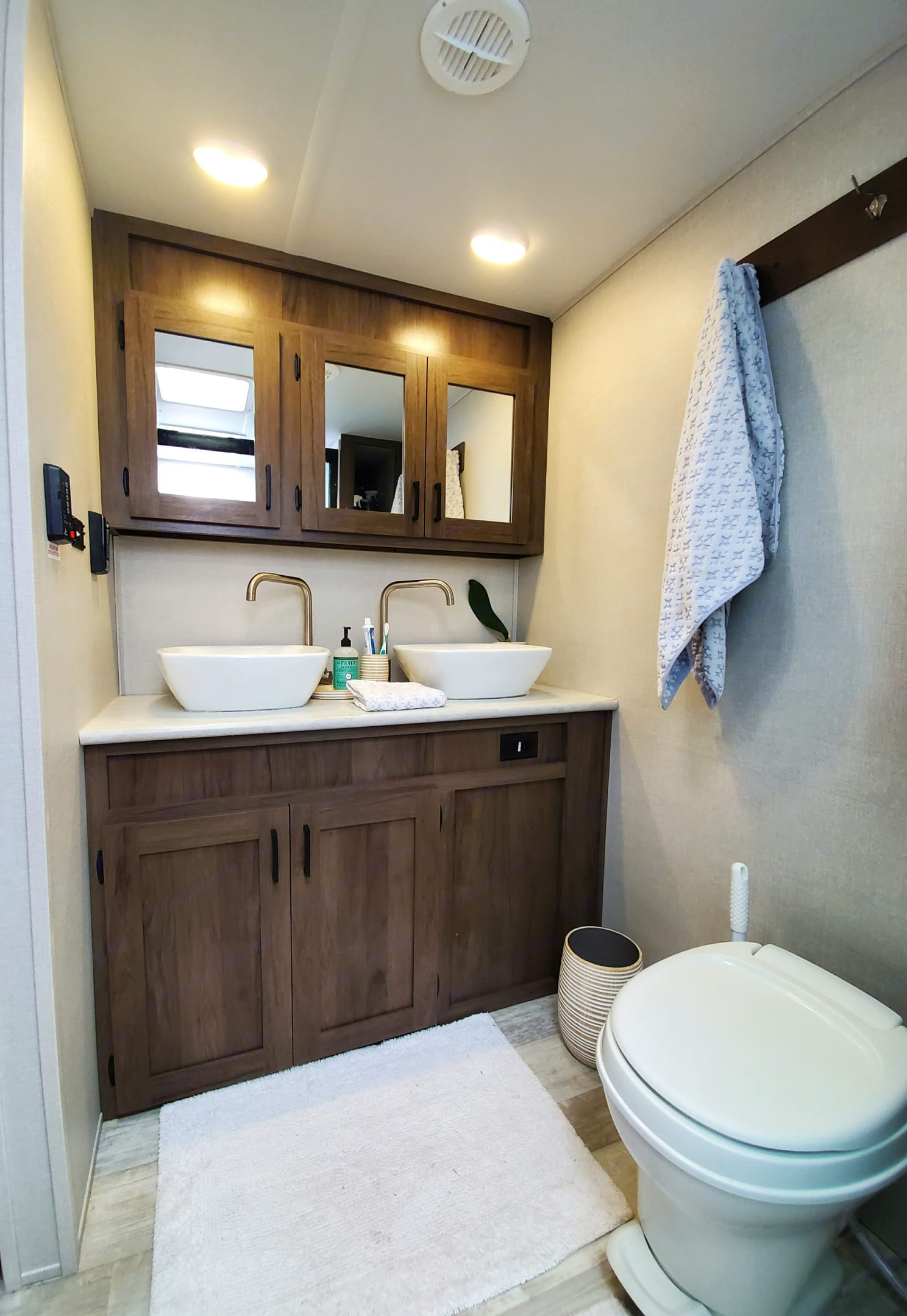 Double sinks, big shower & lots of storage space.. Forest River Tracer 2021