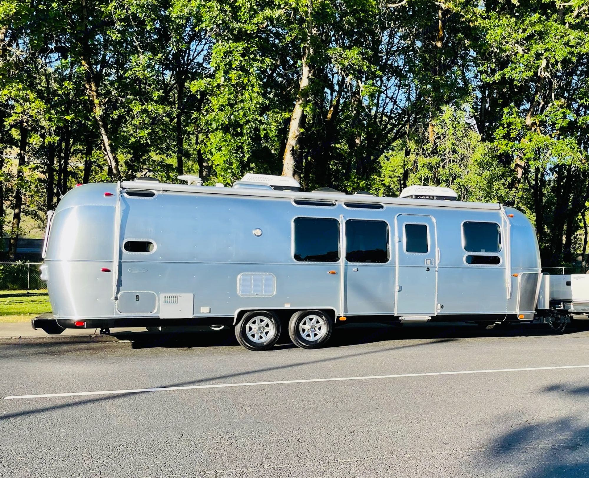This 30 ft Flying Cloud has 2 separate bedrooms. The back bed has a bunks and the front is a queen suite.. Airstream Flying Cloud 2018